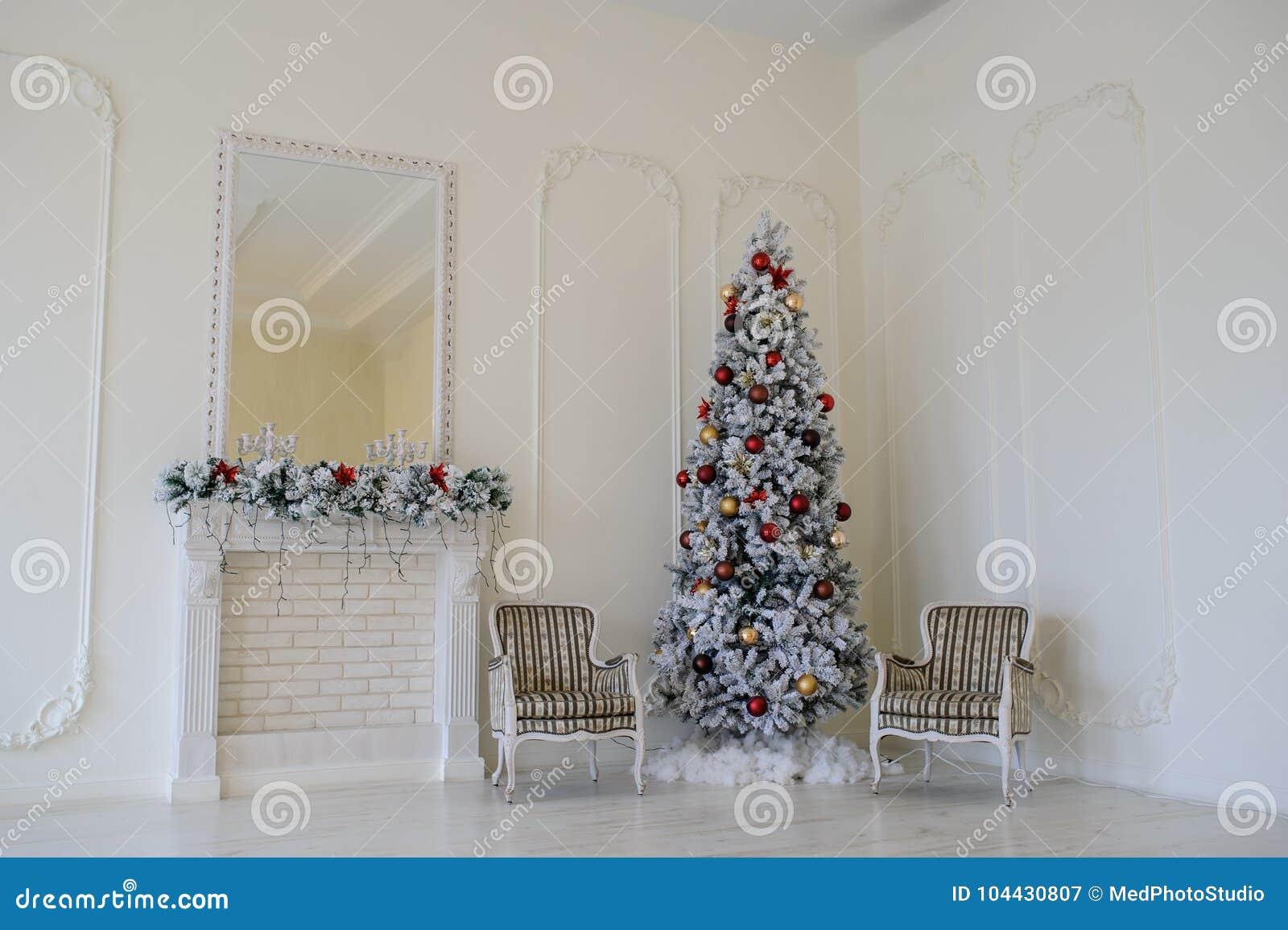 Sedie Decorate Per Natale : Interno moderno di stile del camino con l albero di natale