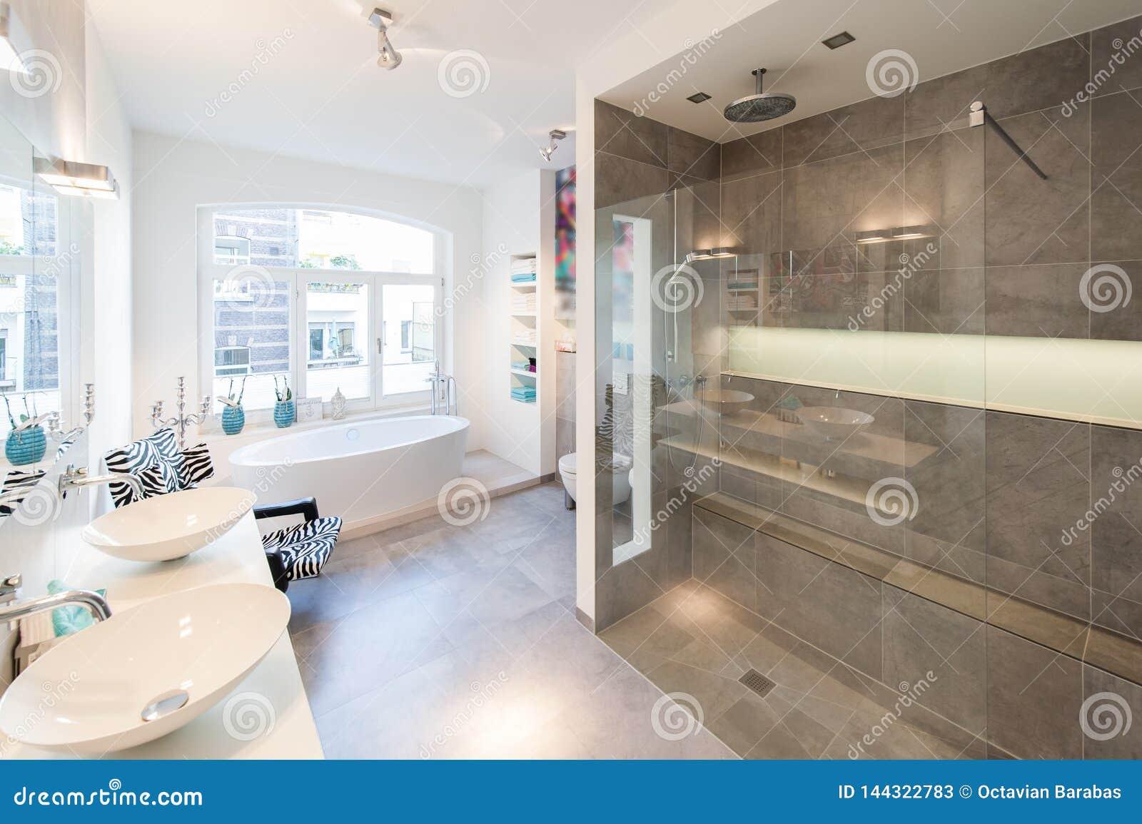 Interno moderno di una stanza del bagno con la grande cabina della doccia