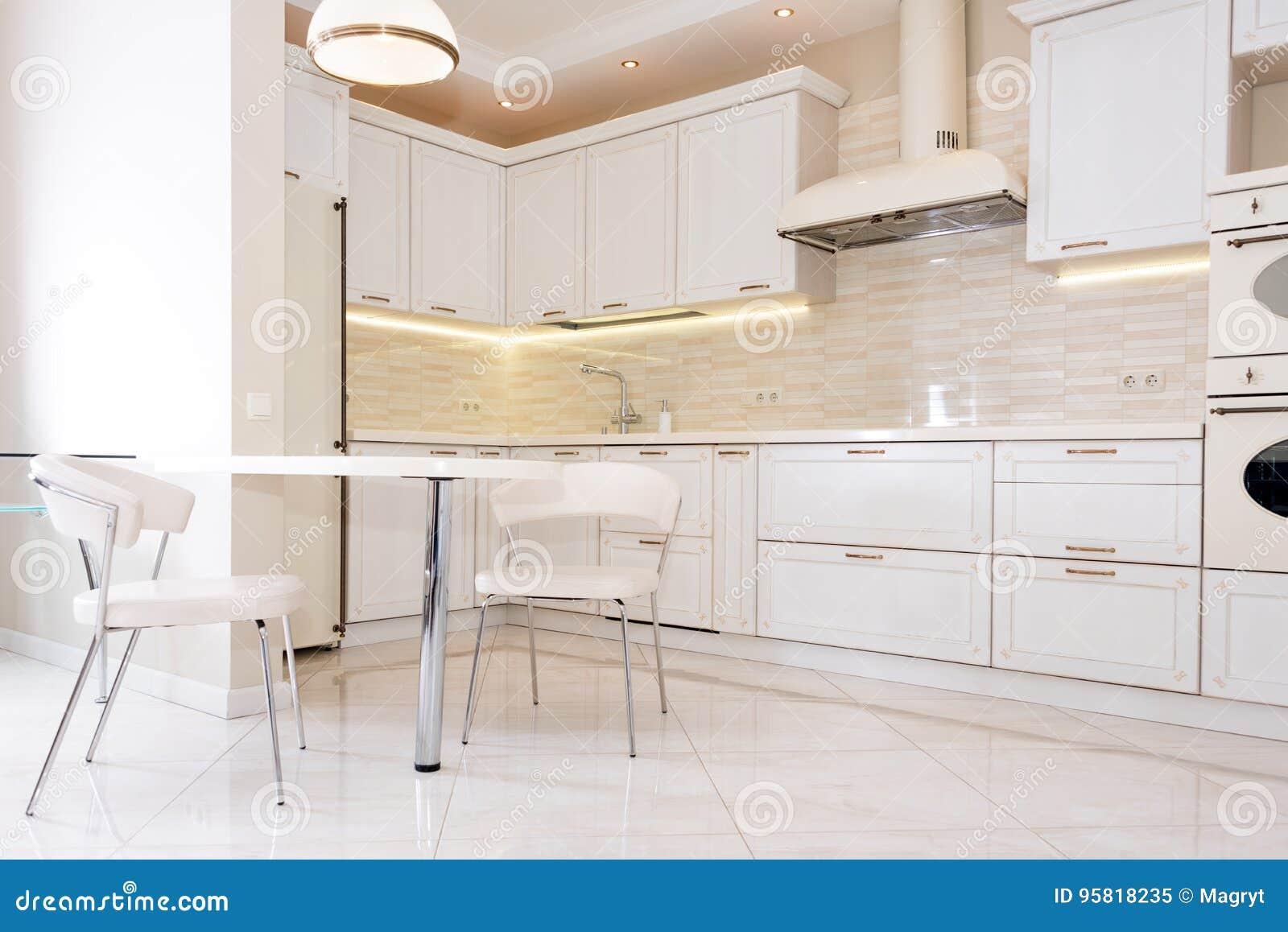 Interno moderno luminoso pulito della cucina in una casa for Interno moderno