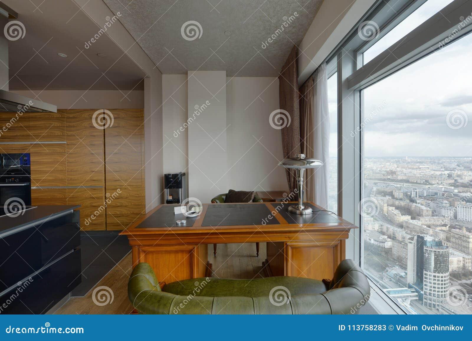 Interni Moderni Case Di Lusso : Interno moderno in una nuova casa di lusso con le finestre