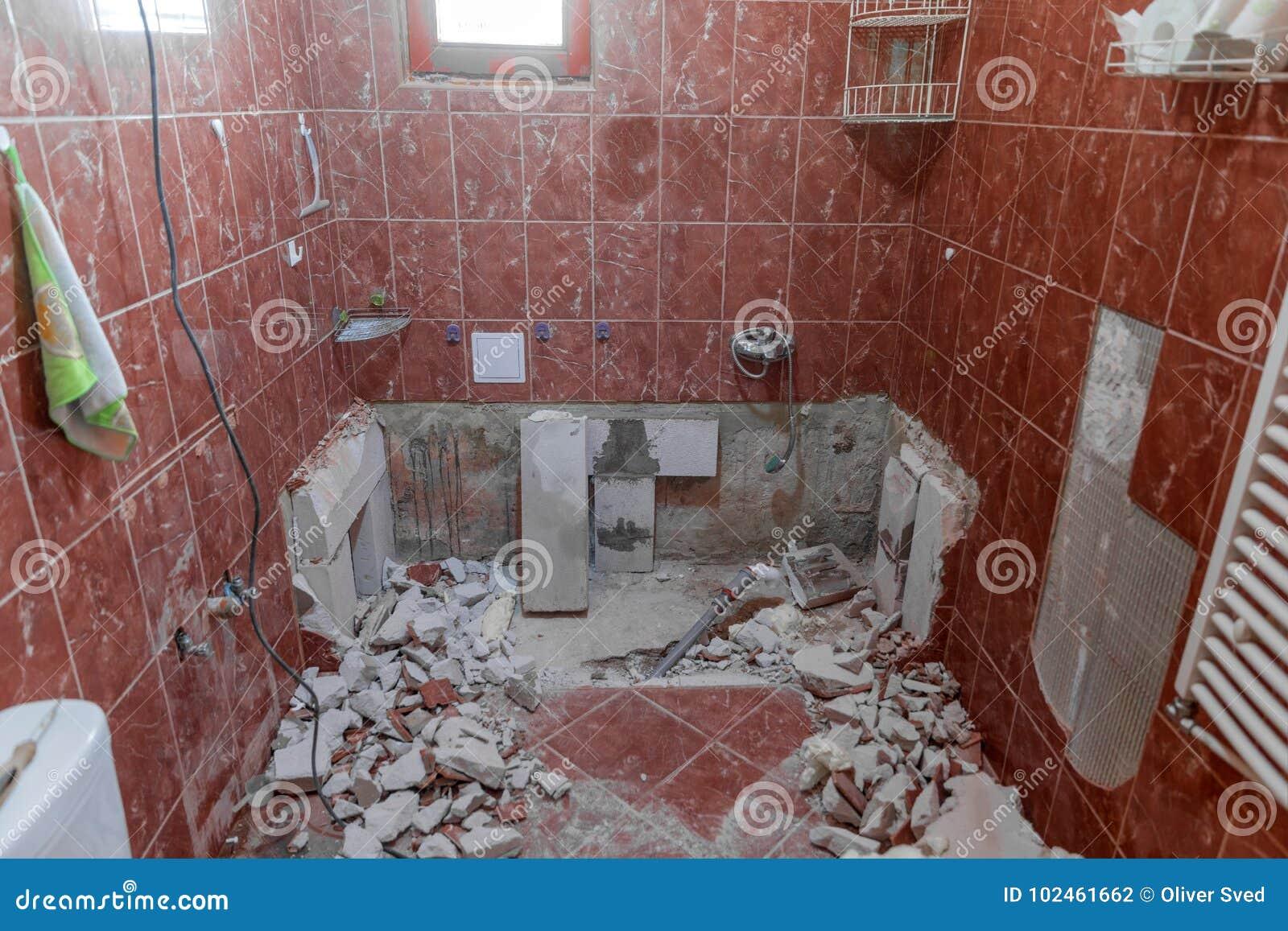 Interno nocivo di vecchio bagno con le mattonelle rosse fotografia