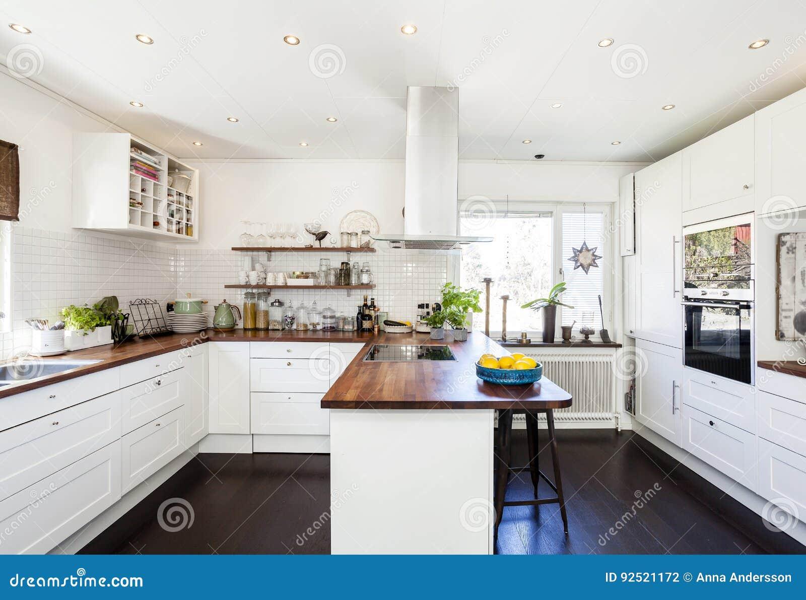 Cucina Legno E Bianco interno operato della cucina con ripiano di legno e gli