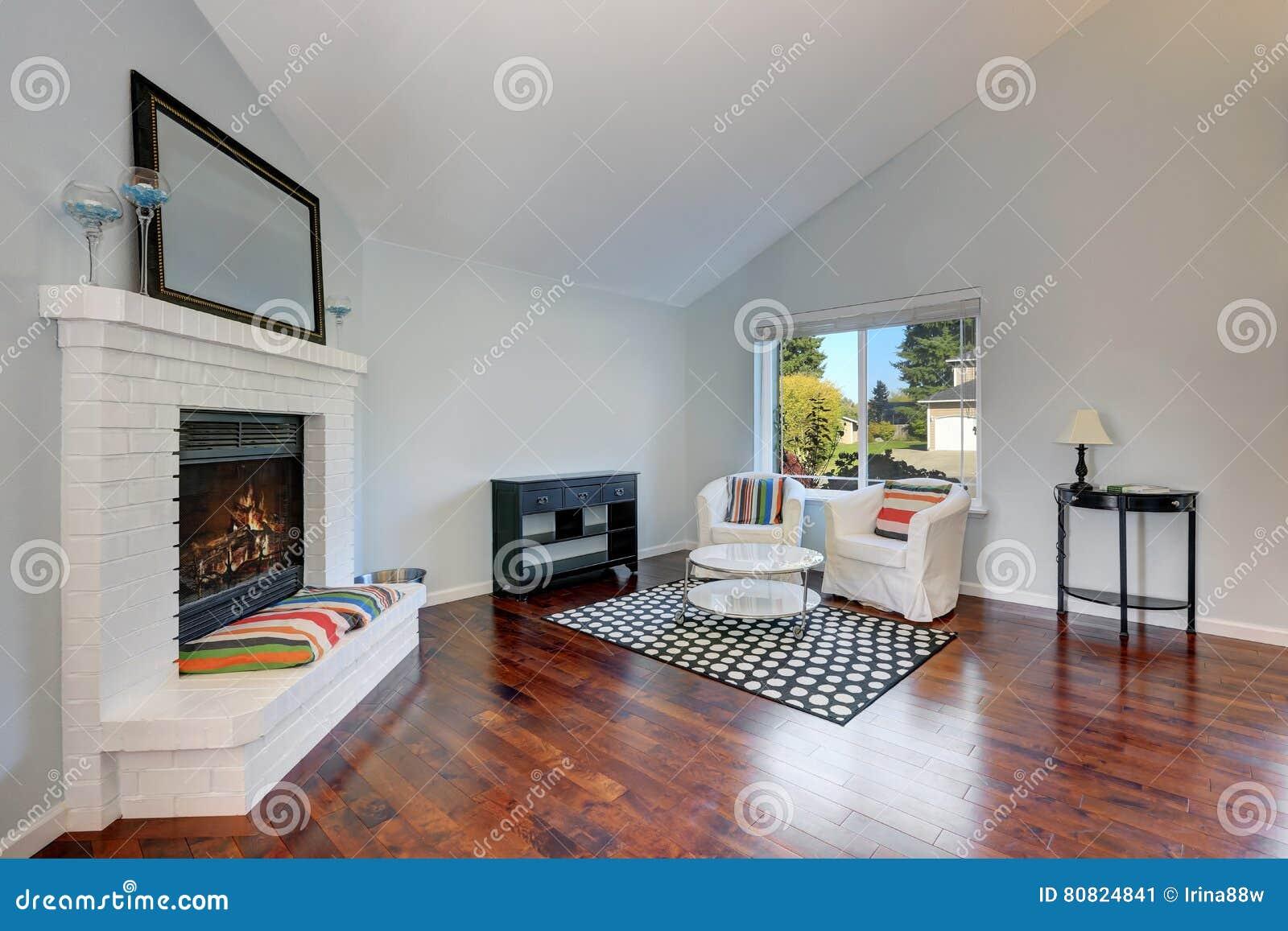 Interno piacevolmente ammobiliato del salone con il pavimento di legno duro