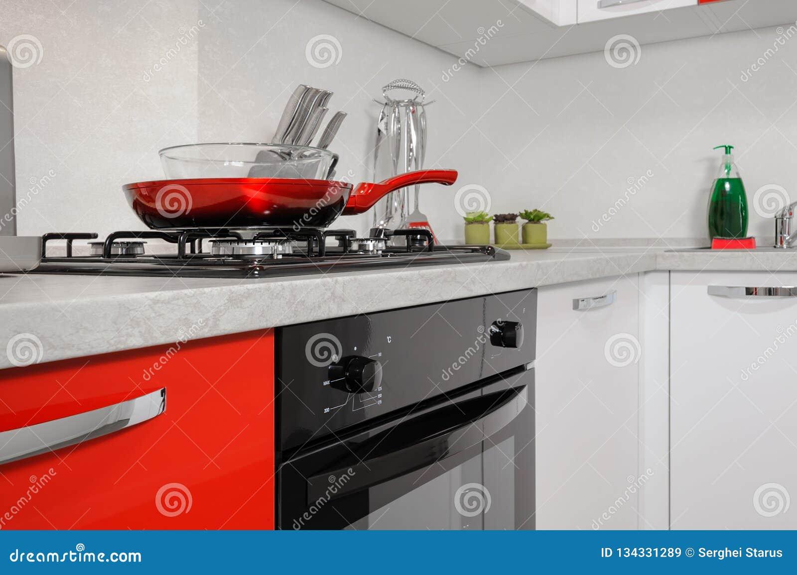 Interno Rosso E Bianco Moderno Della Cucina Immagine Stock ...