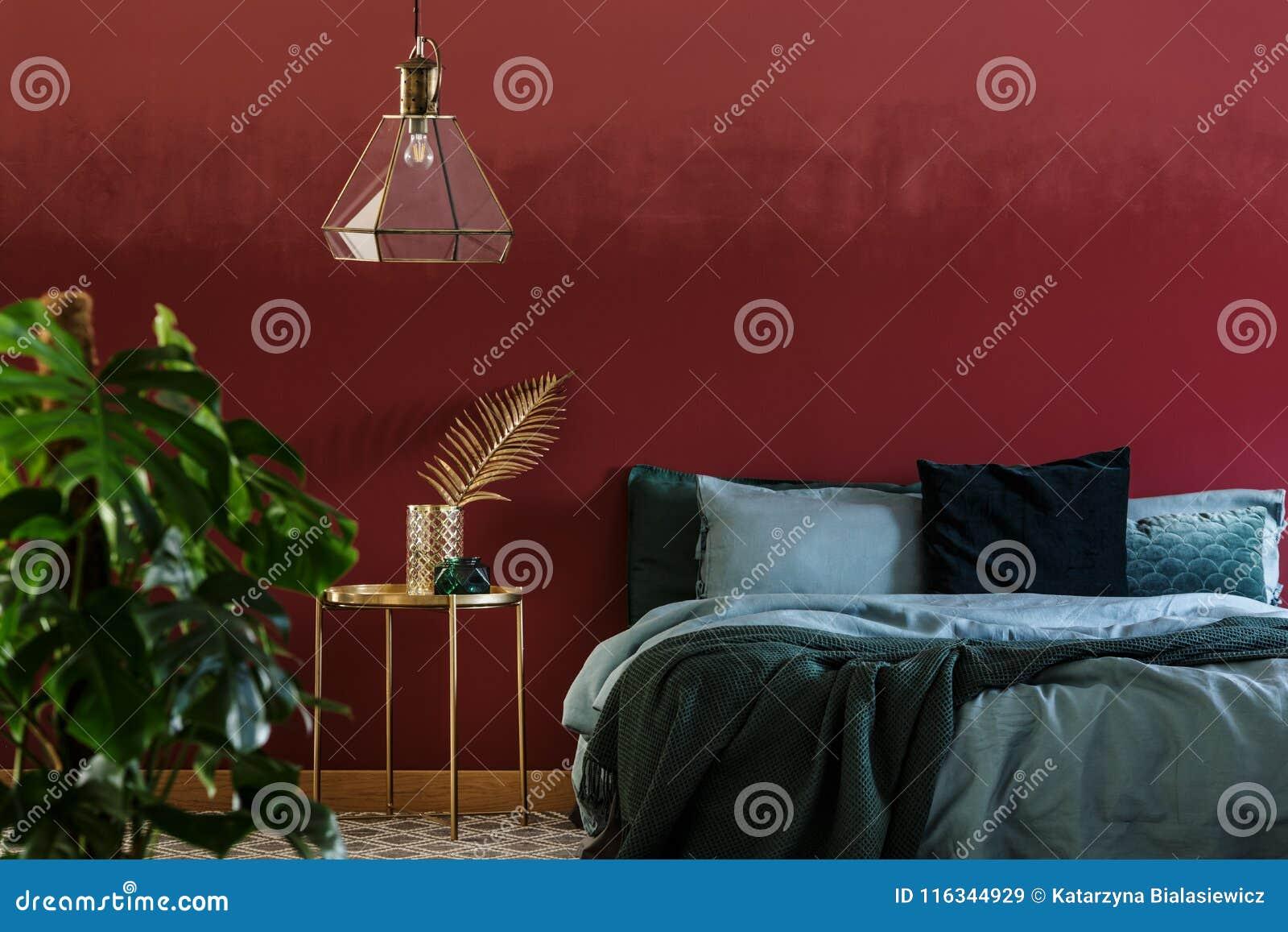 Camera Da Letto Verde Smeraldo : Interno rosso e verde della camera da letto immagine stock