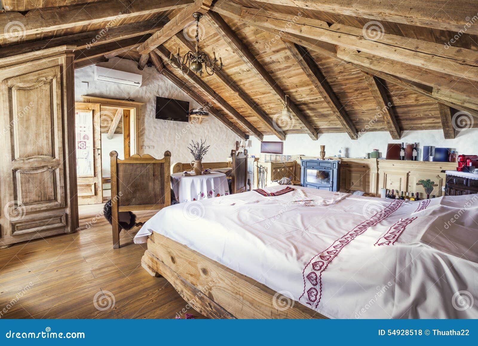 Camera Da Letto Rustico : Interno rustico della camera da letto della soffitta fotografia