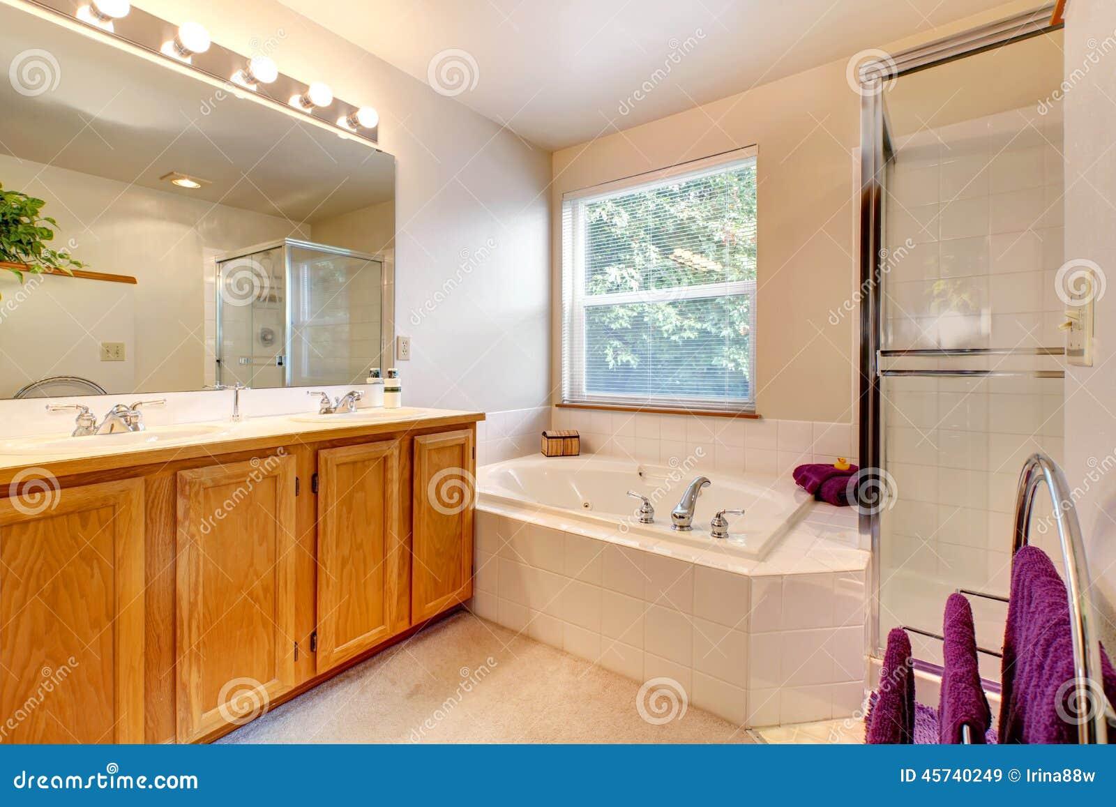 Interno semplice del bagno con la doccia della porta di - Progetto bagno con vasca e doccia ...