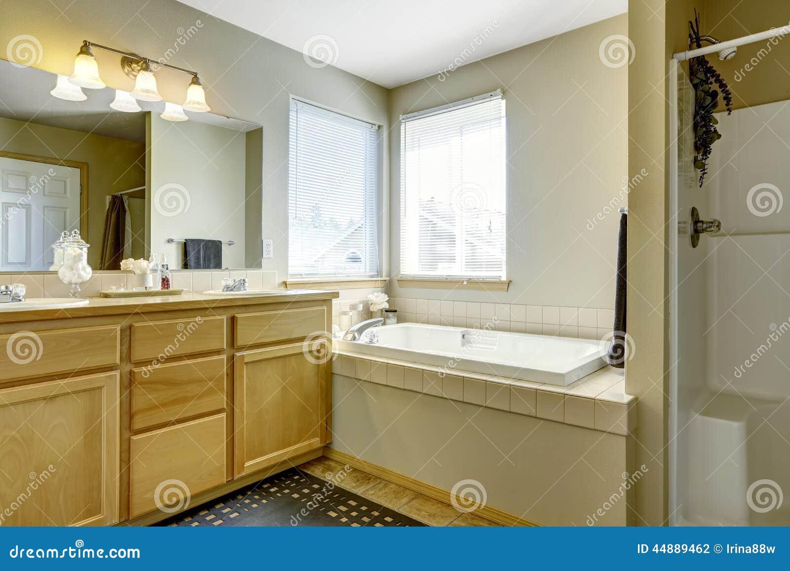 Vasca Da Bagno Semplice : Interno semplice del bagno con la vasca da bagno nellangolo