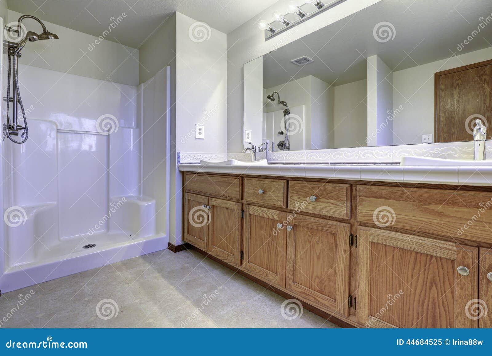 Bagno Con Doccia Aperta : Interno spazioso del bagno con la doccia aperta immagine stock
