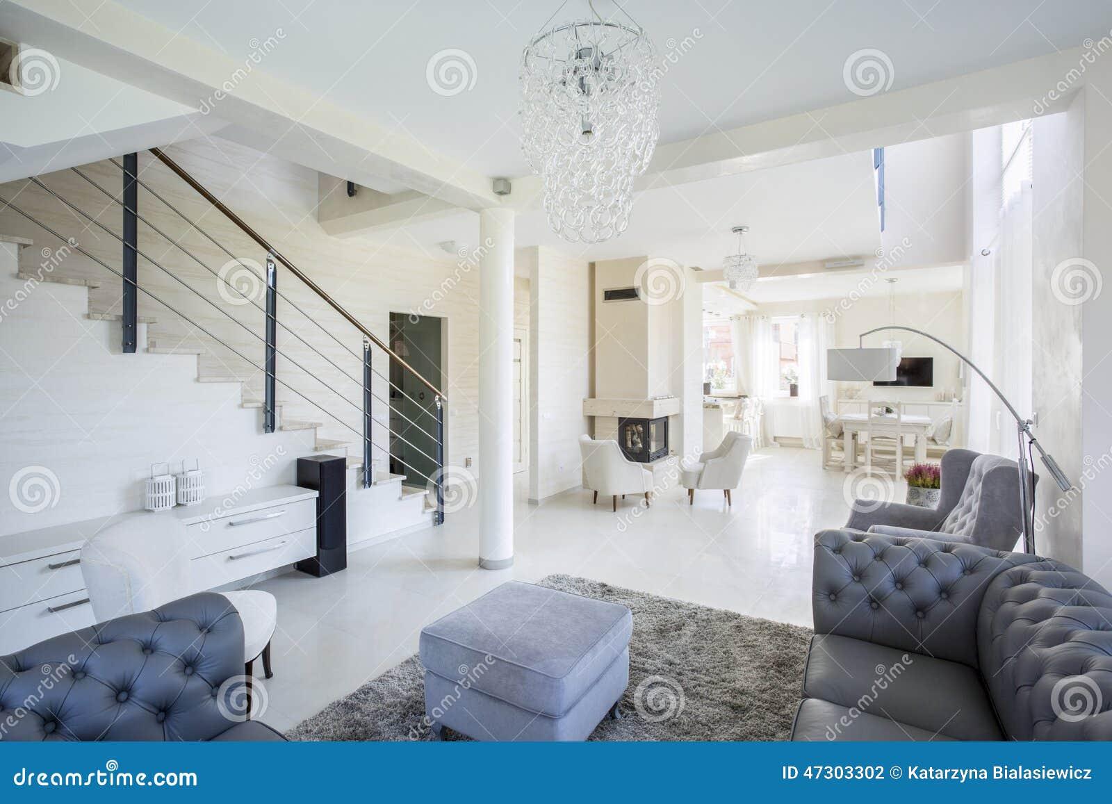 Interno spazioso della casa moderna fotografia stock for Interni casa moderna