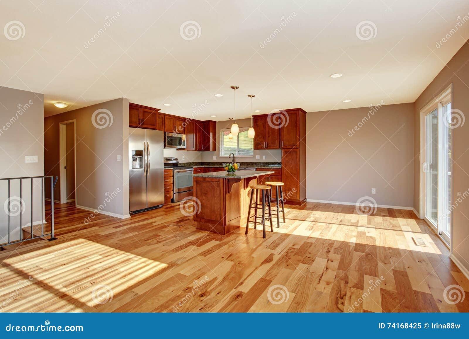 Interno spazioso della cucina con il pavimento di legno for Pavimento in legno interno