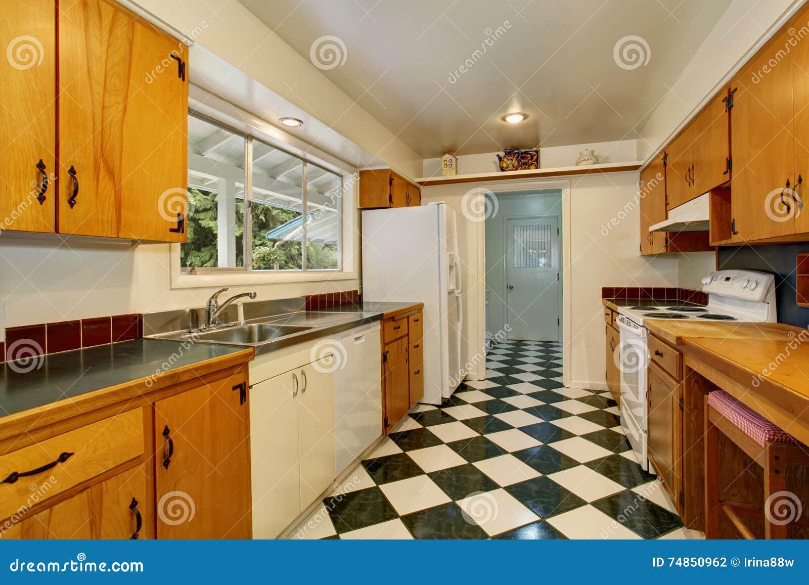 Interno stretto della stanza della cucina con le mattonelle