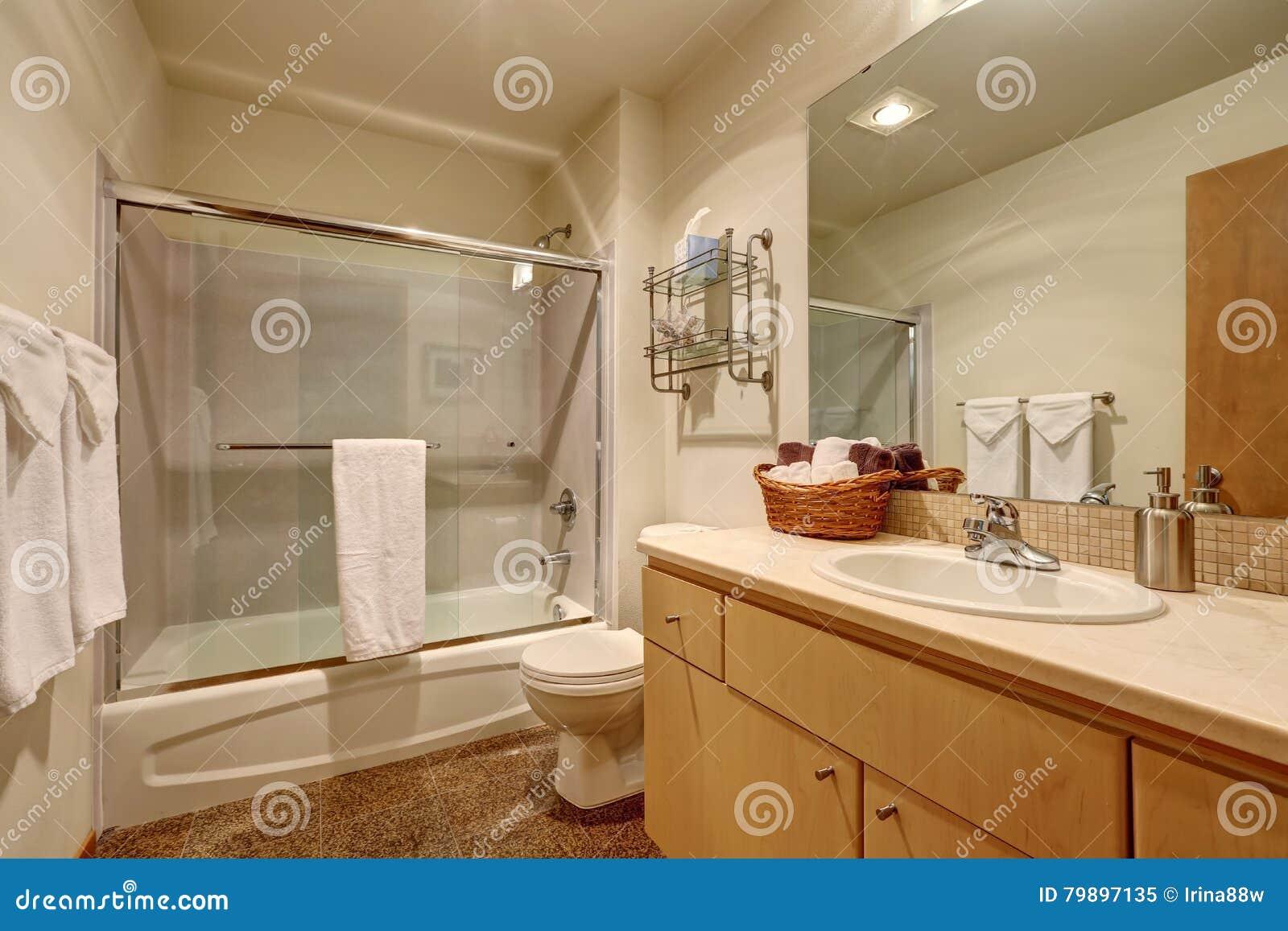 Interno tradizionale del bagno in casa americana for Mattonelle interno casa