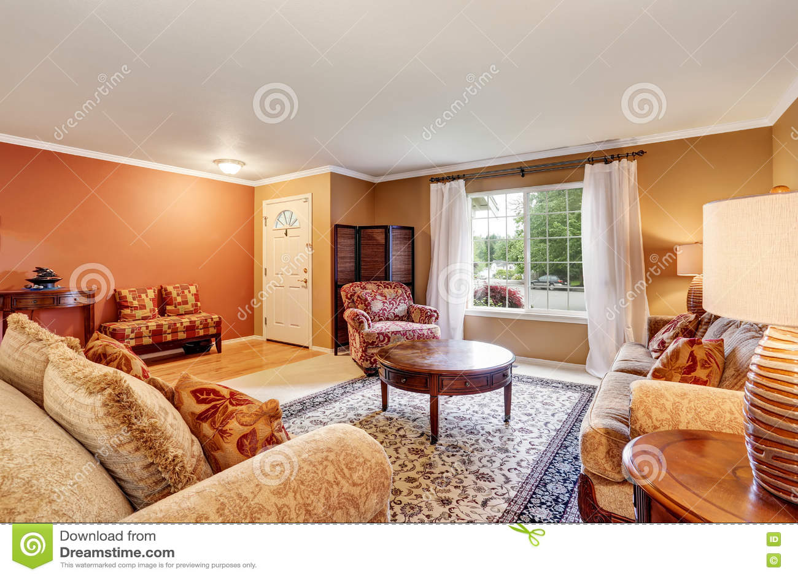 Pareti Bianche E Beige : Interno tradizionale del salone con le pareti beige la coperta e