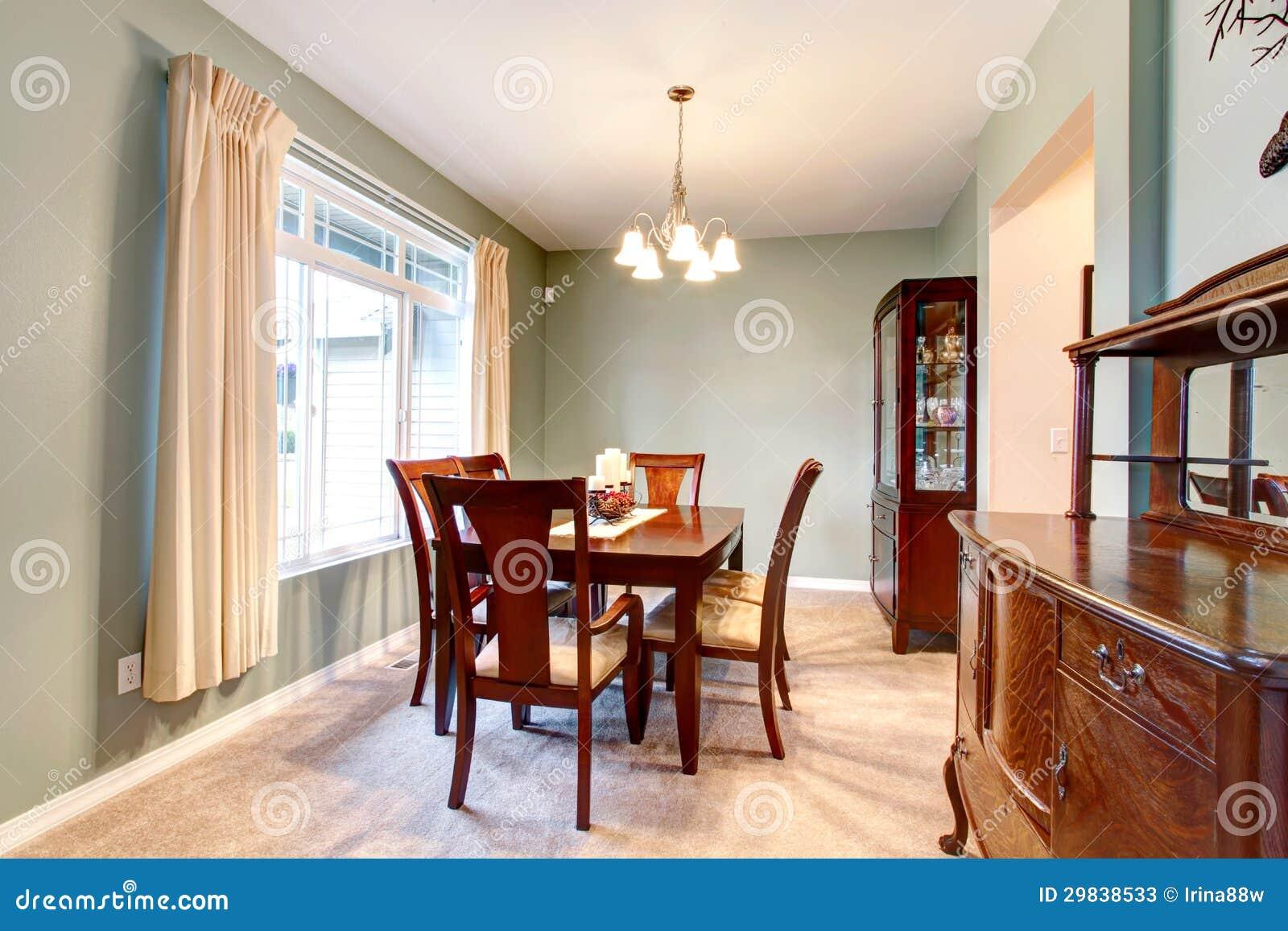 Tappeto Sala Da Pranzo : Interno verde della sala da pranzo con mobilia marrone
