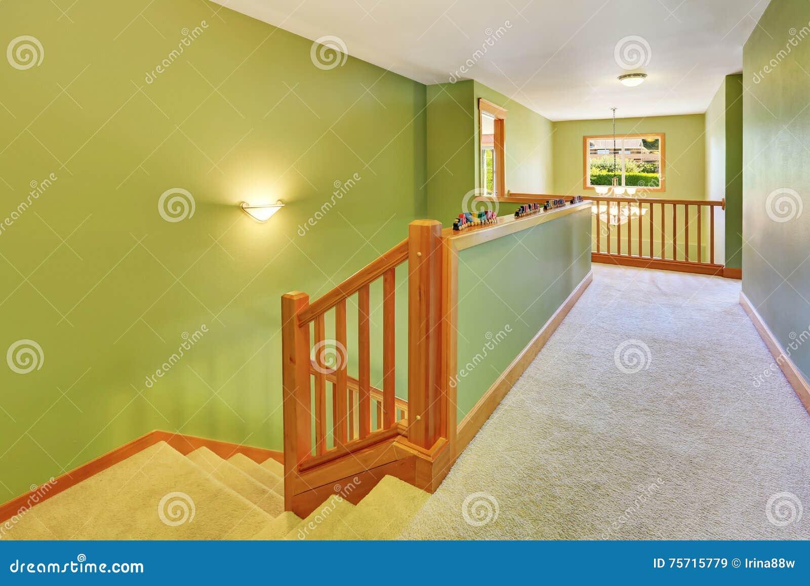 Interno verde di corridoio con il pavimento e la scala di - Il tappeto del corridoio ...