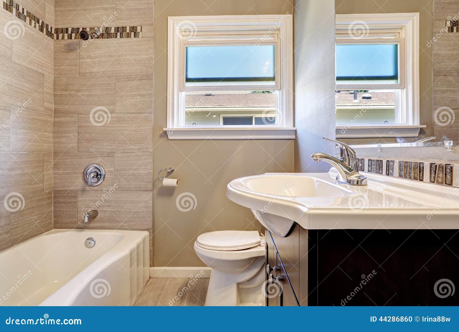 Interno vuoto del bagno con la disposizione della parete delle mattonelle nel colore beige - Mattonelle per bagno prezzi ...