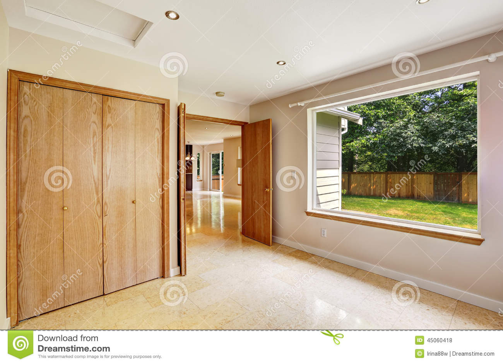 Interno vuoto della camera da letto con la grande for Camera da letto grande