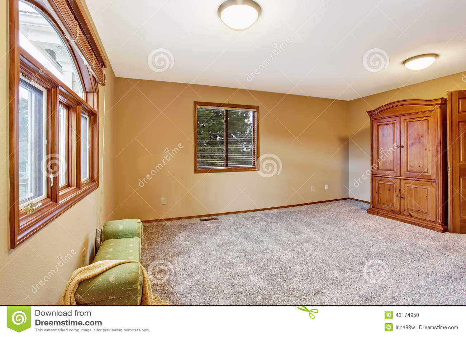 Interno vuoto della camera da letto nel colore morbido della pesca con l 39 ottomano ed il reparto - Colore della camera da letto ...
