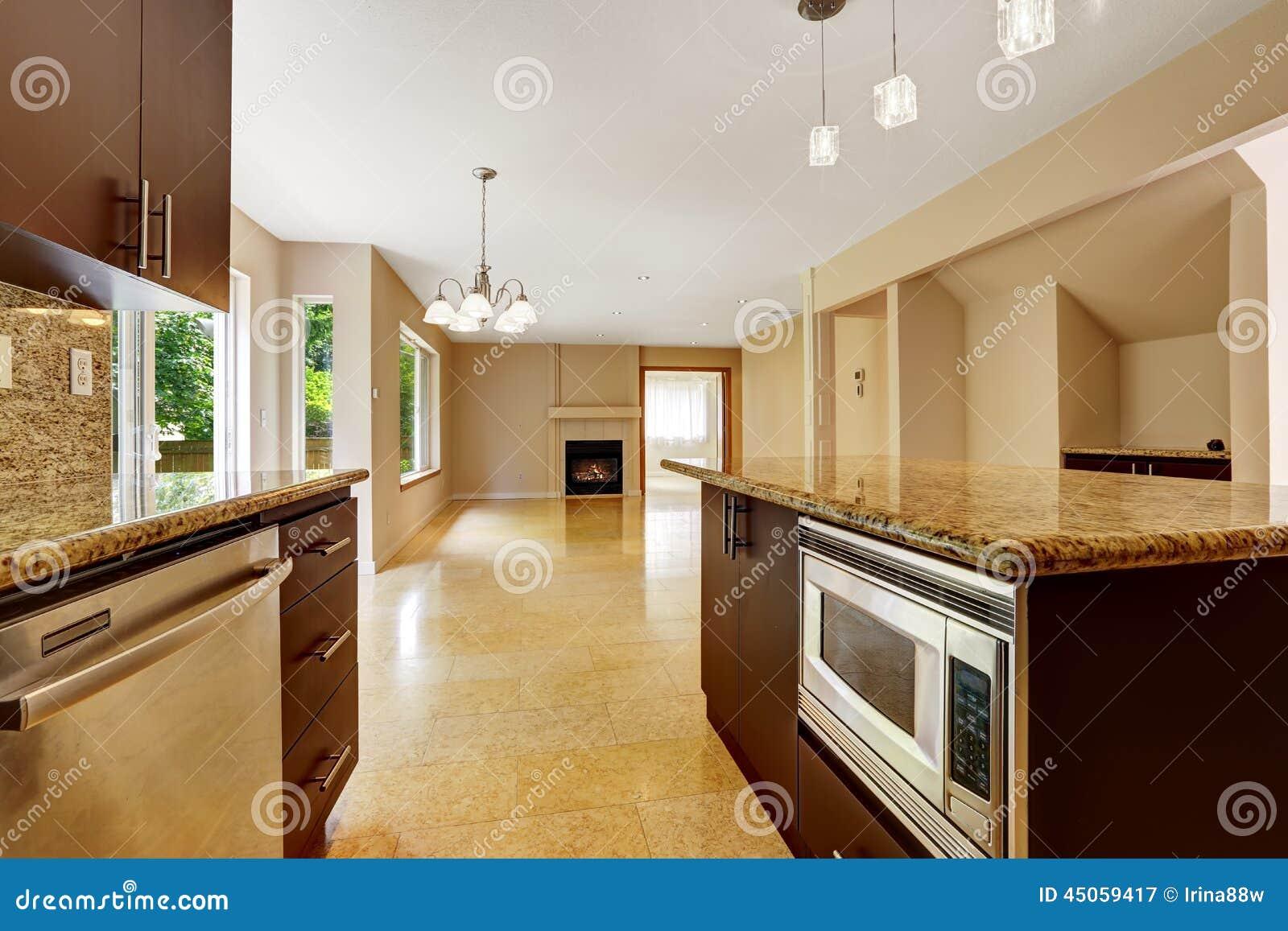 Interno vuoto della casa con area della cucina - Piastrelle da interno ...