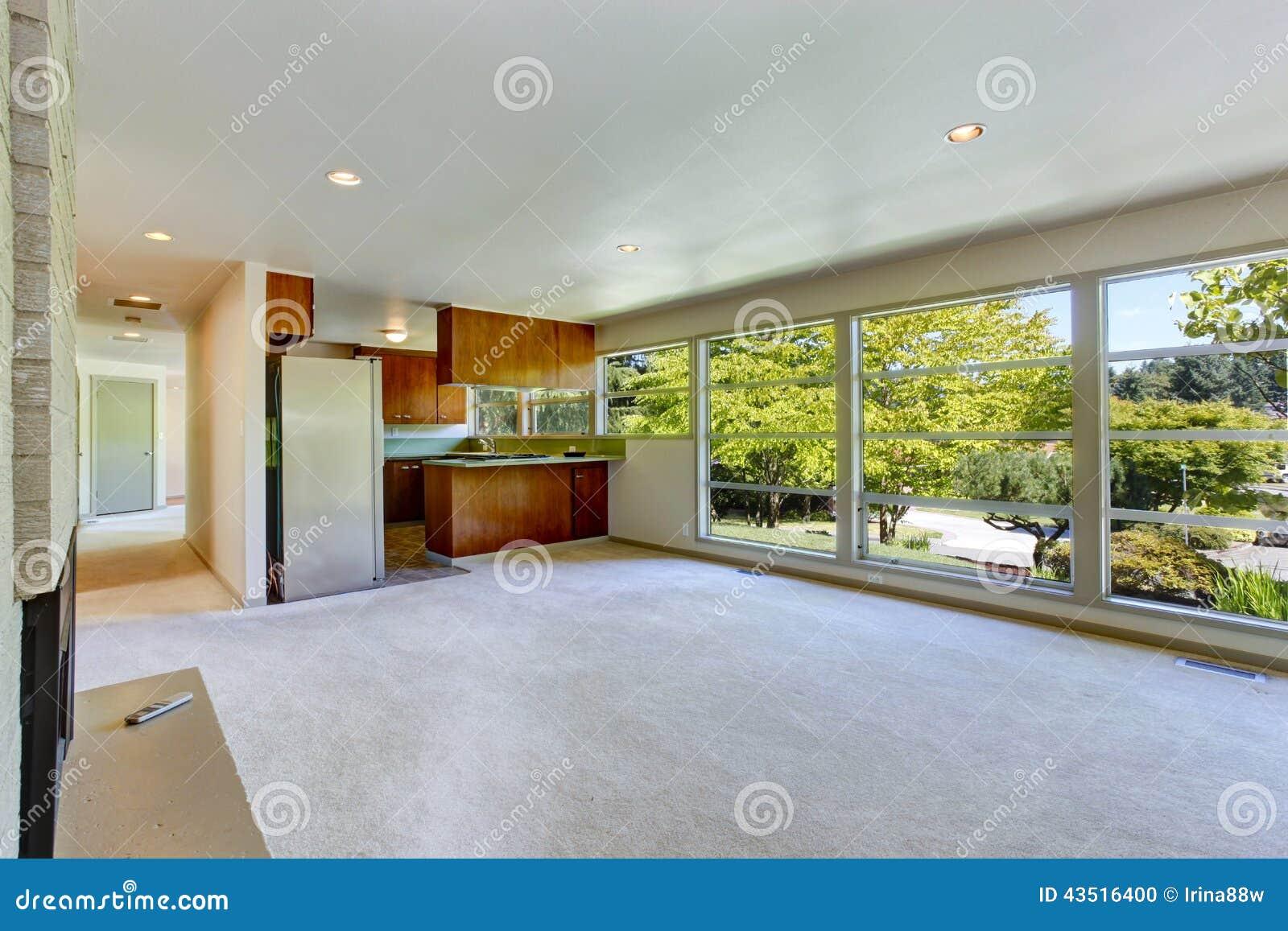 Interno vuoto della casa con la pianta aperta salone con for Foto di case a pianta aperta