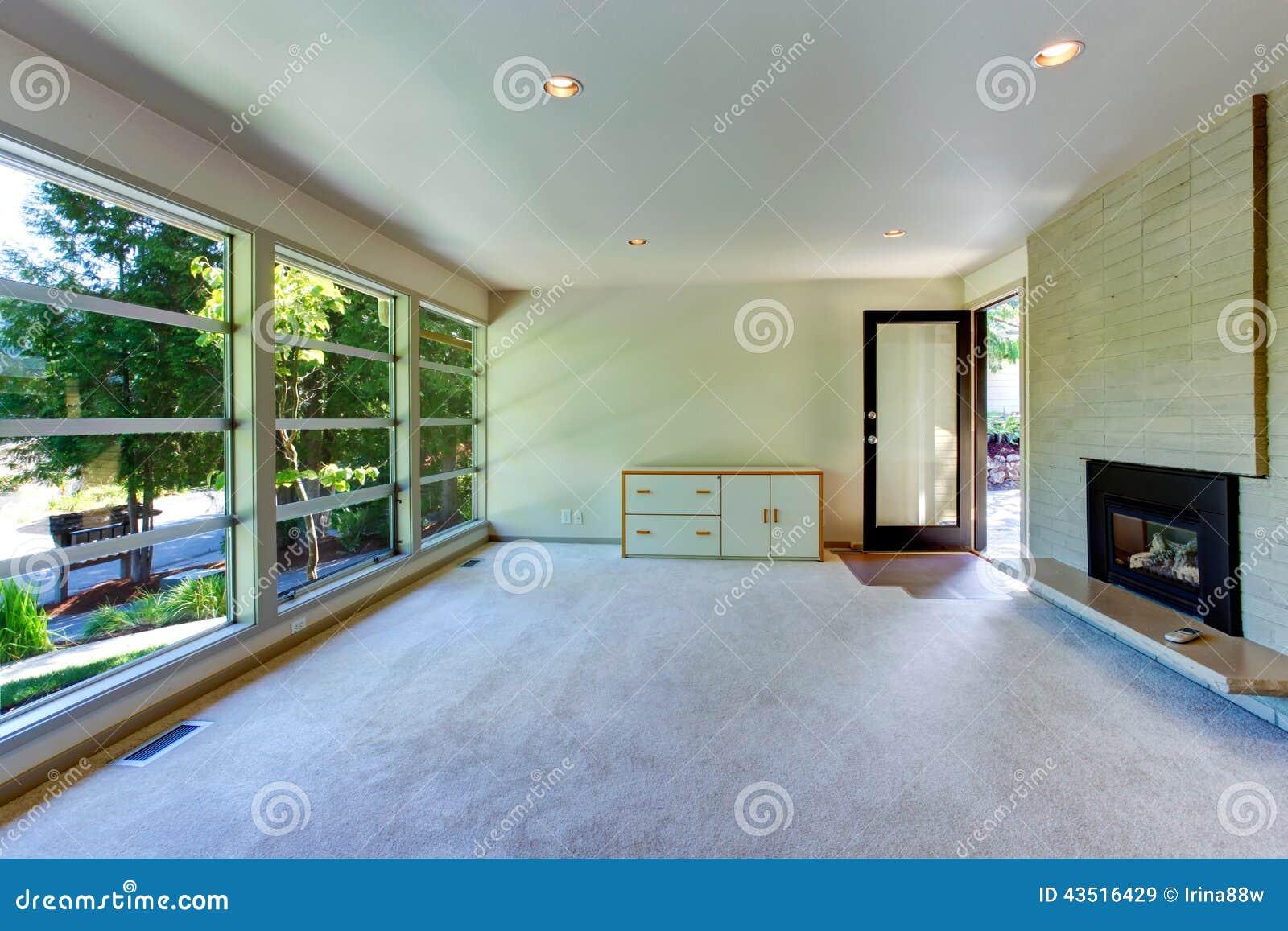 Interno vuoto della casa salone della parete di vetro con il muro di mattoni immagine stock - Fiera della casa milano ...