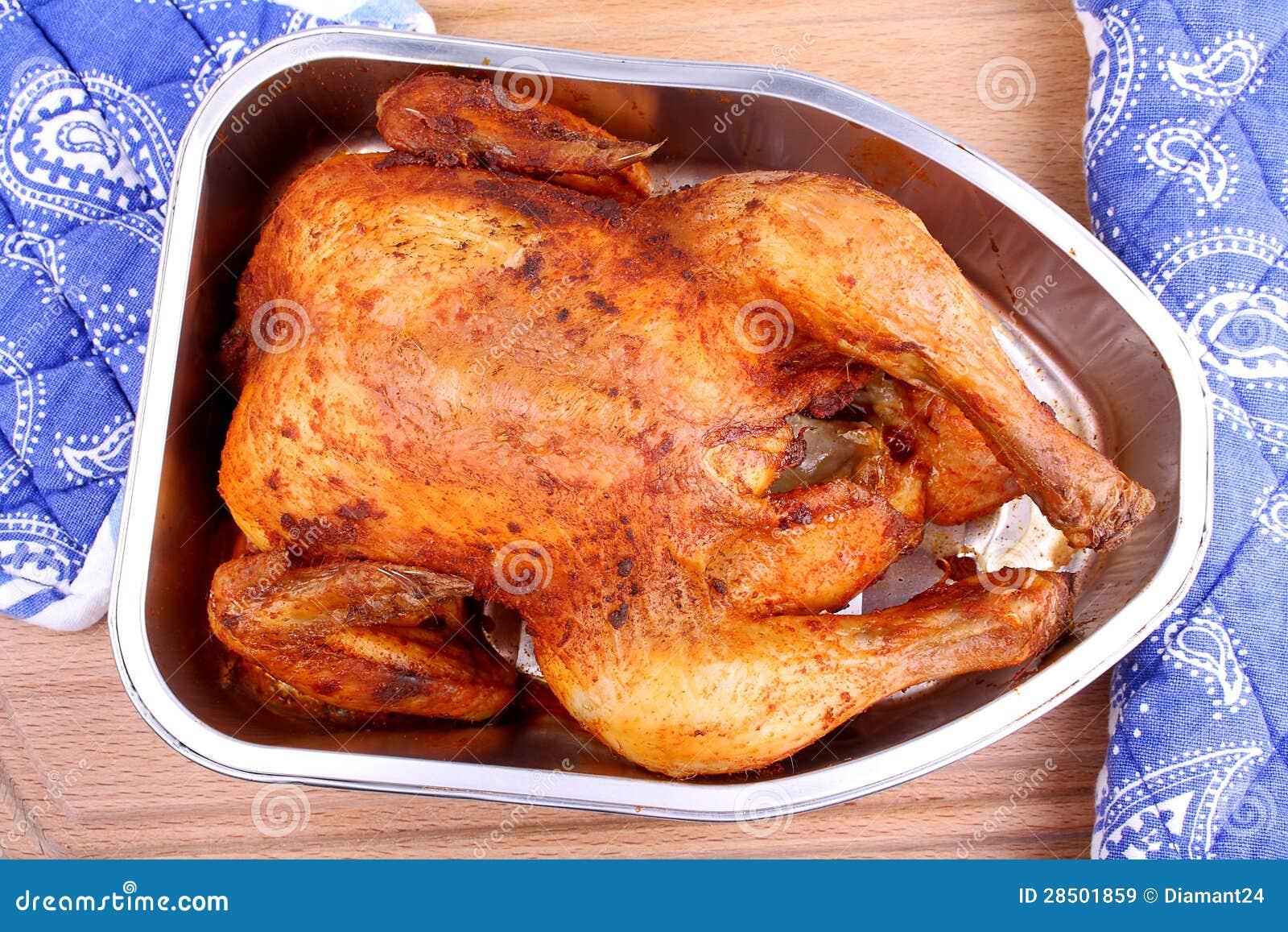 Intero pollo marinato cotto in primo piano