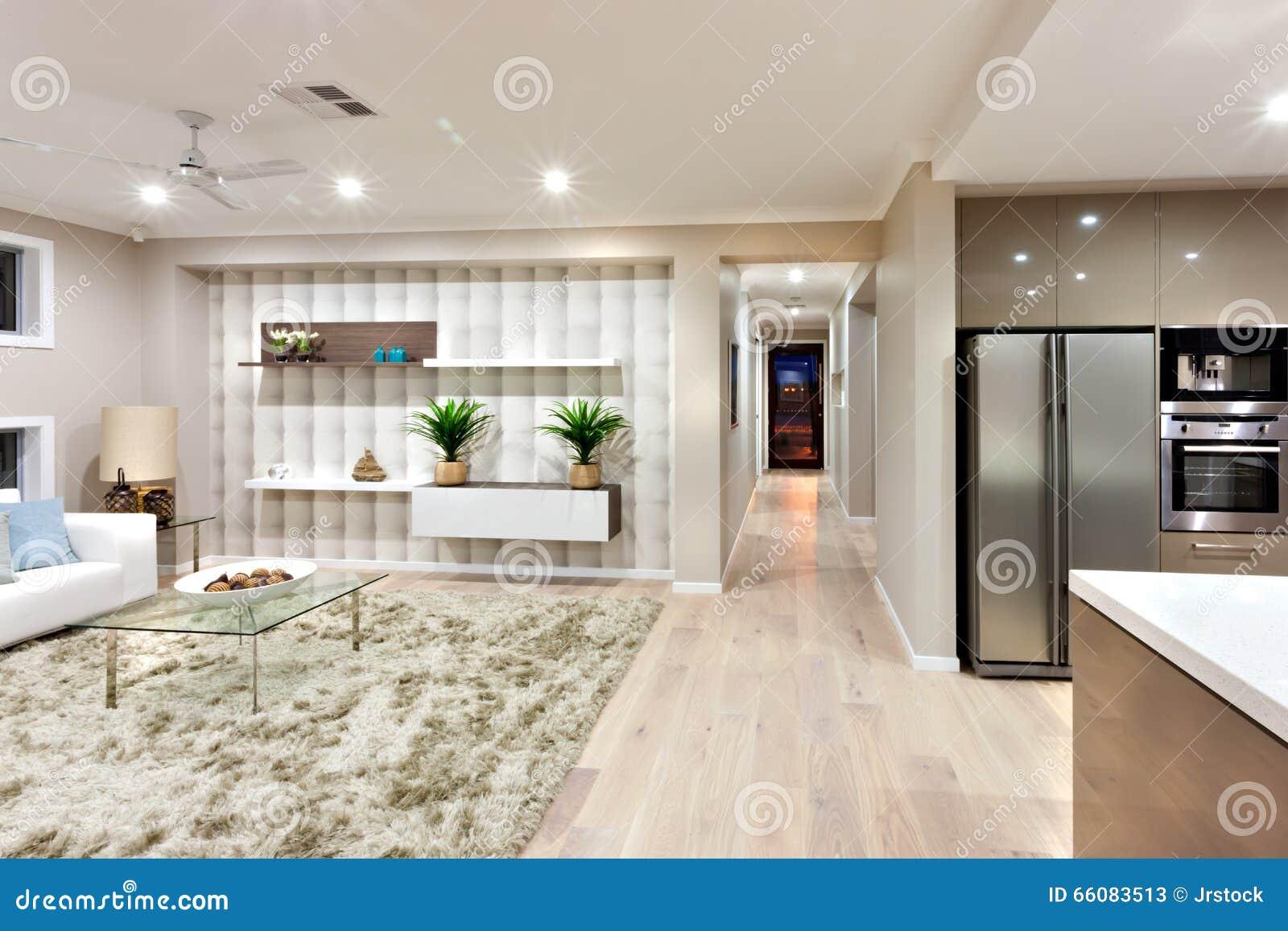 Interor della casa lussuosa con illuminazione delle luci alla notte