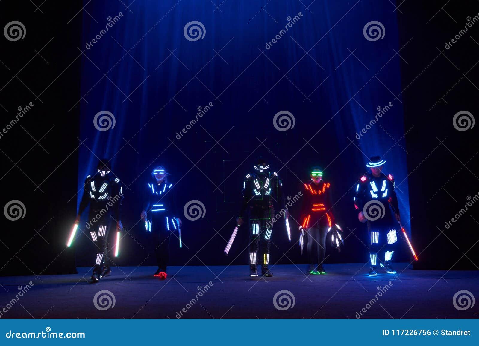 Interprétation d exposition de laser, danseurs dans les costumes menés avec la lampe de LED, interprétation très belle de boîte d