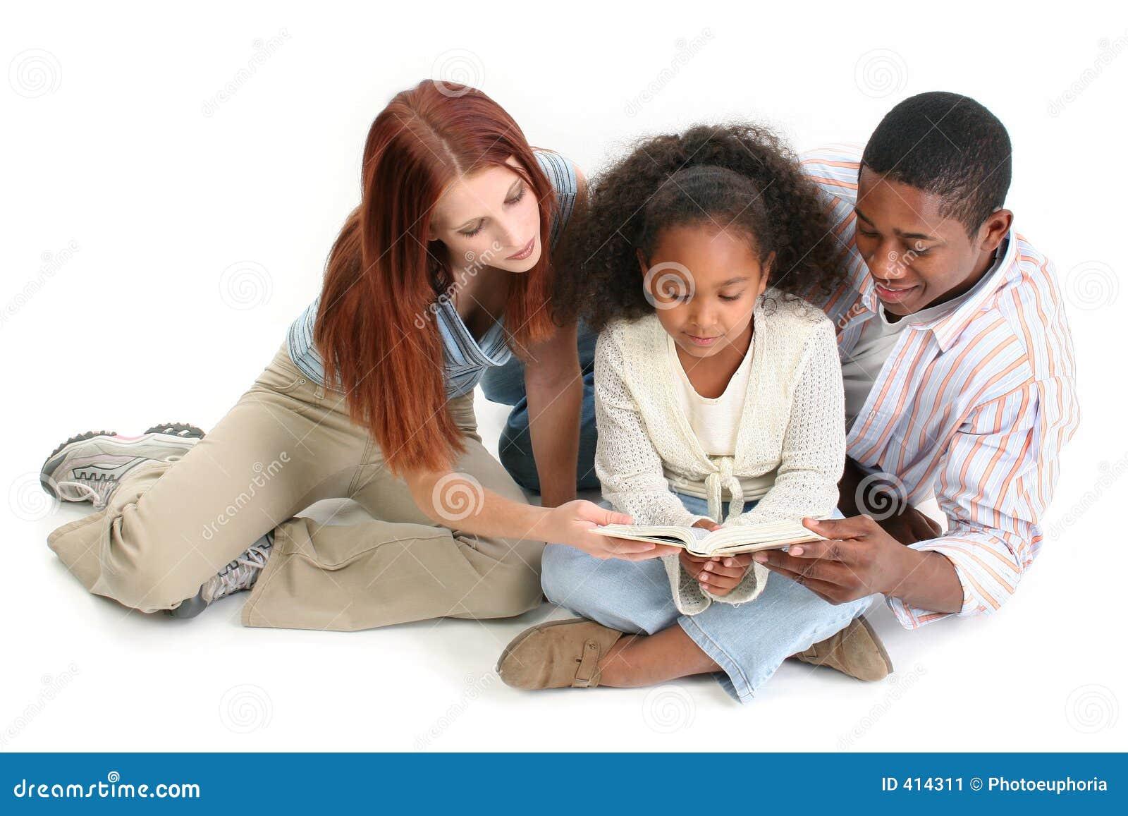 Interracial Bijbel samen Ov van de Lezing van de Familie