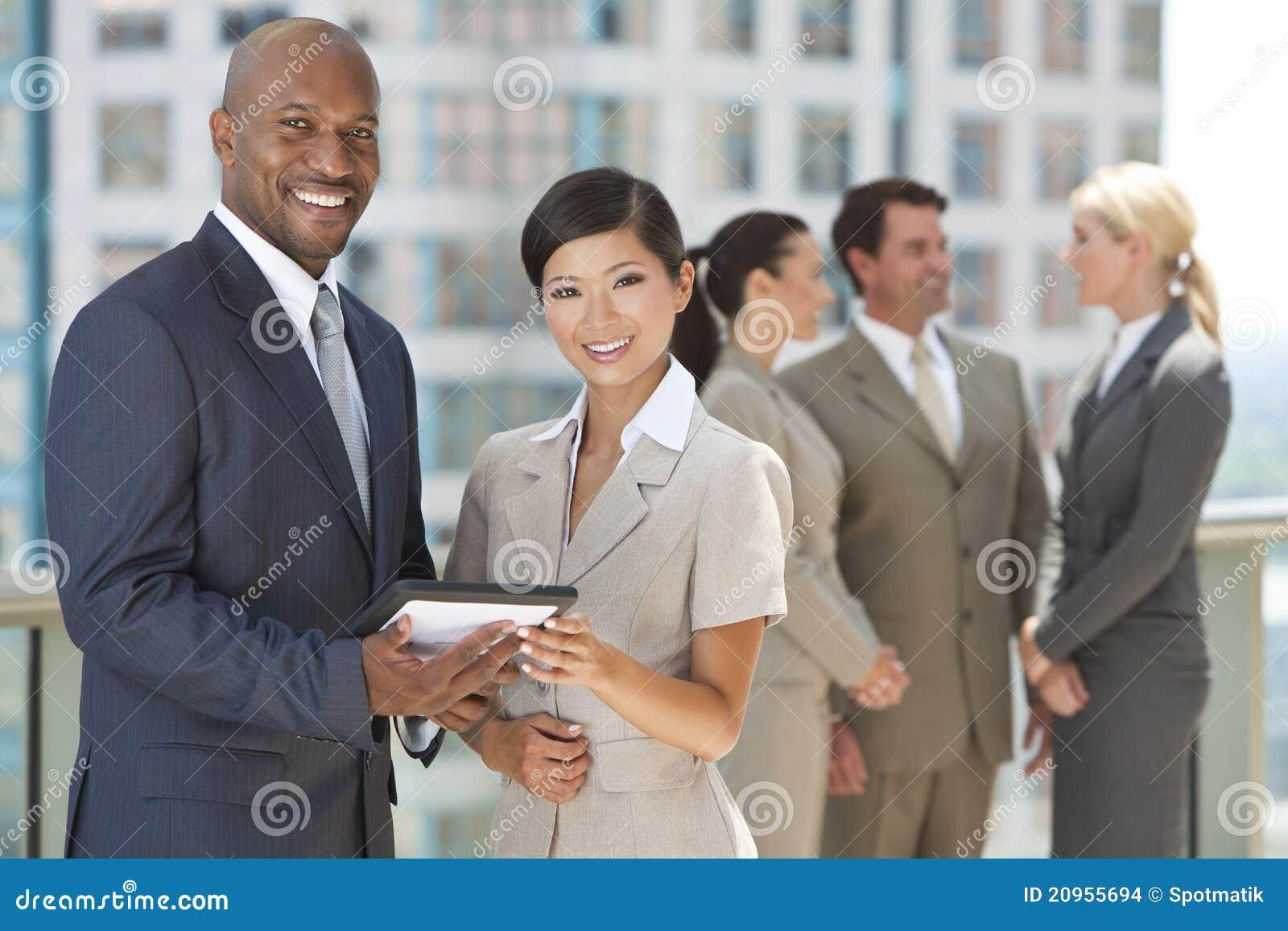 Interracial Commercieel Team met de Computer van de Tablet
