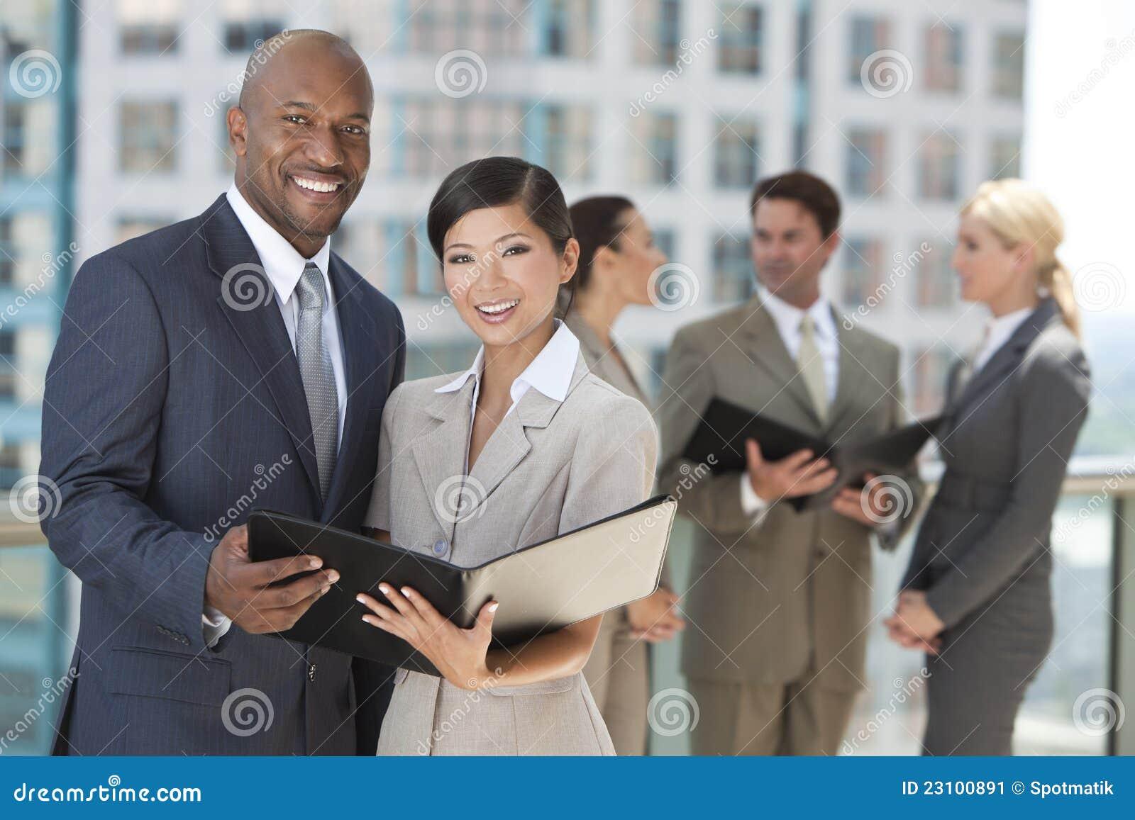 Interracial Commercieel van de Stad van Mannen & van Vrouwen Team
