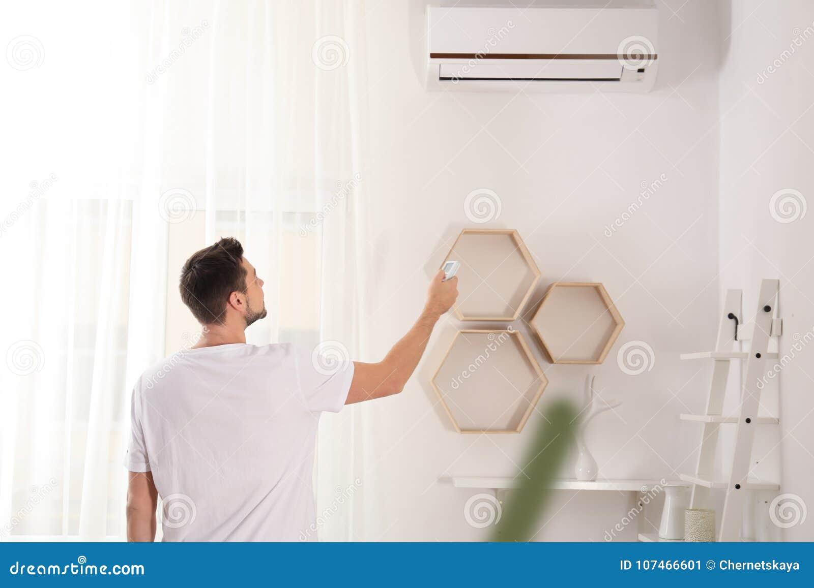 Interruptor considerável do homem no condicionador de ar