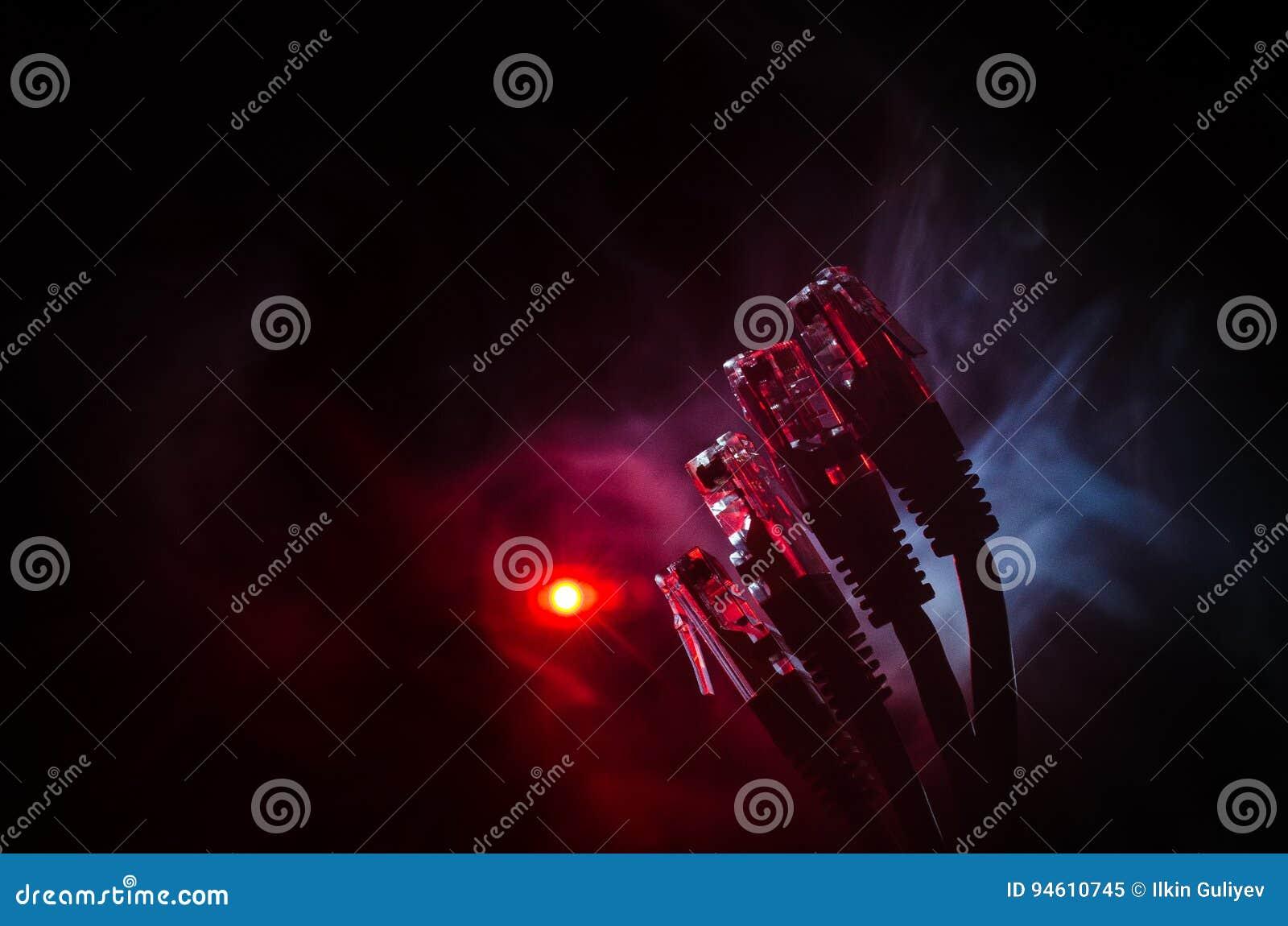 Interruptor de rede e cabos ethernet, símbolo de comunicações globais A rede colorida cabografa no fundo escuro com luzes e smo