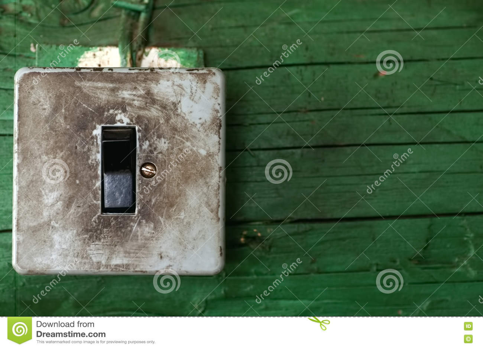 Interruptor sujo velho na parede de madeira