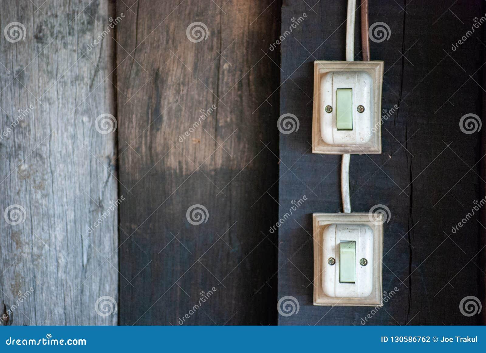 Interruptor velho na parede