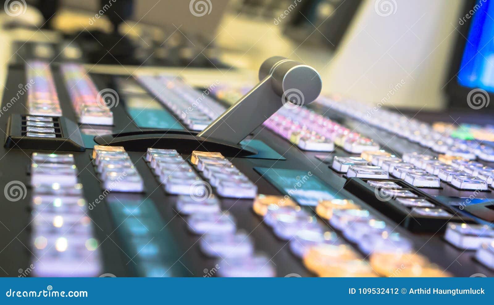 Interruptor video de la difusión de la televisión, trabajando con el mezclador video y audio