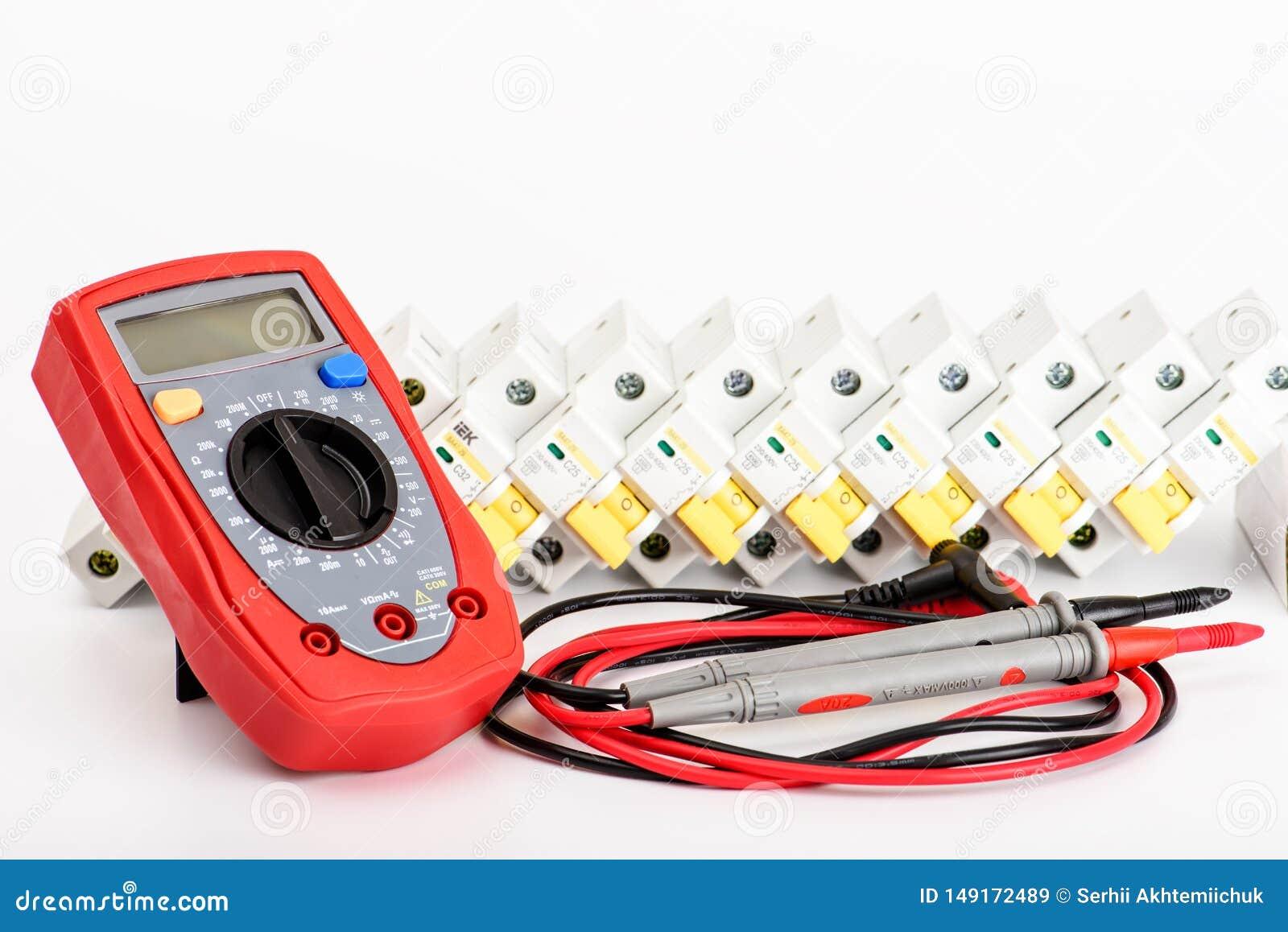 Interruptores automáticos, multímetro digital Equipamento elétrico, proteção e controle, fundo branco