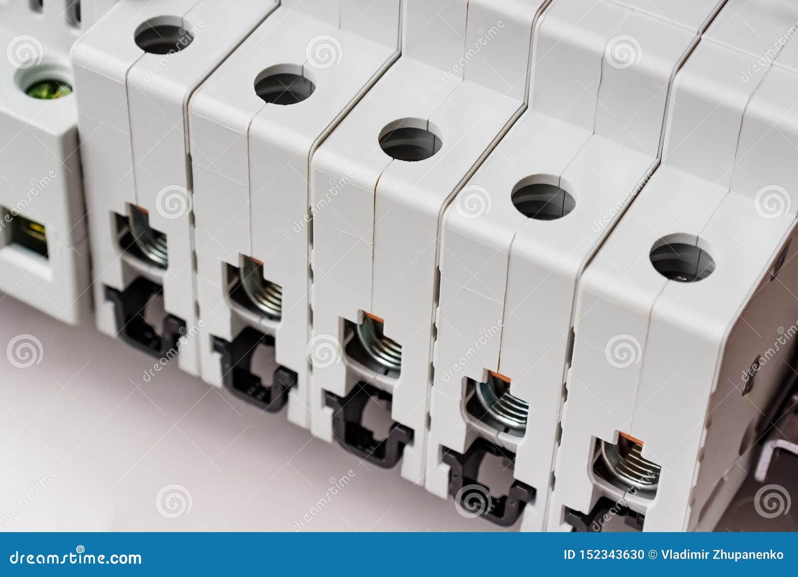 Interruttori automatici con i porti sconnessi installati sulla ferrovia di BACCANO nel primo piano di montaggio di plastica bianc