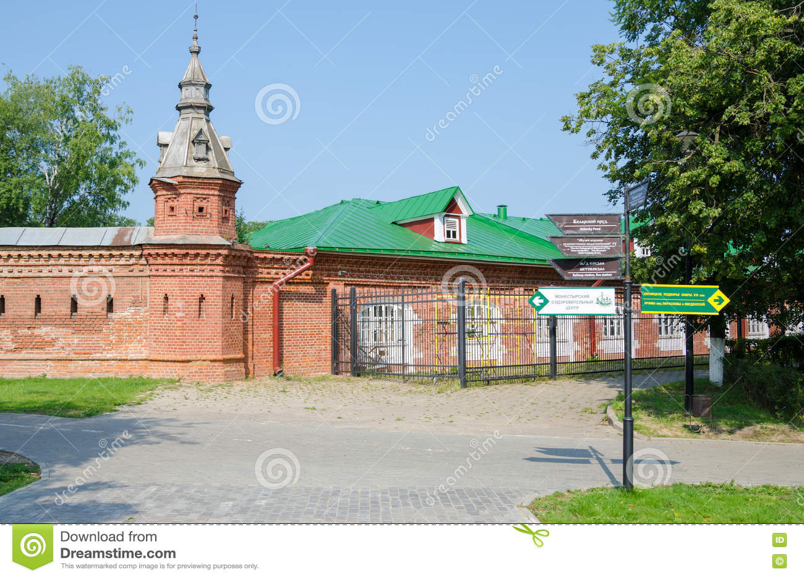 A interseção com o ponteiro na parede vermelha que estende de varejo compra ao redor Pafnutevskom
