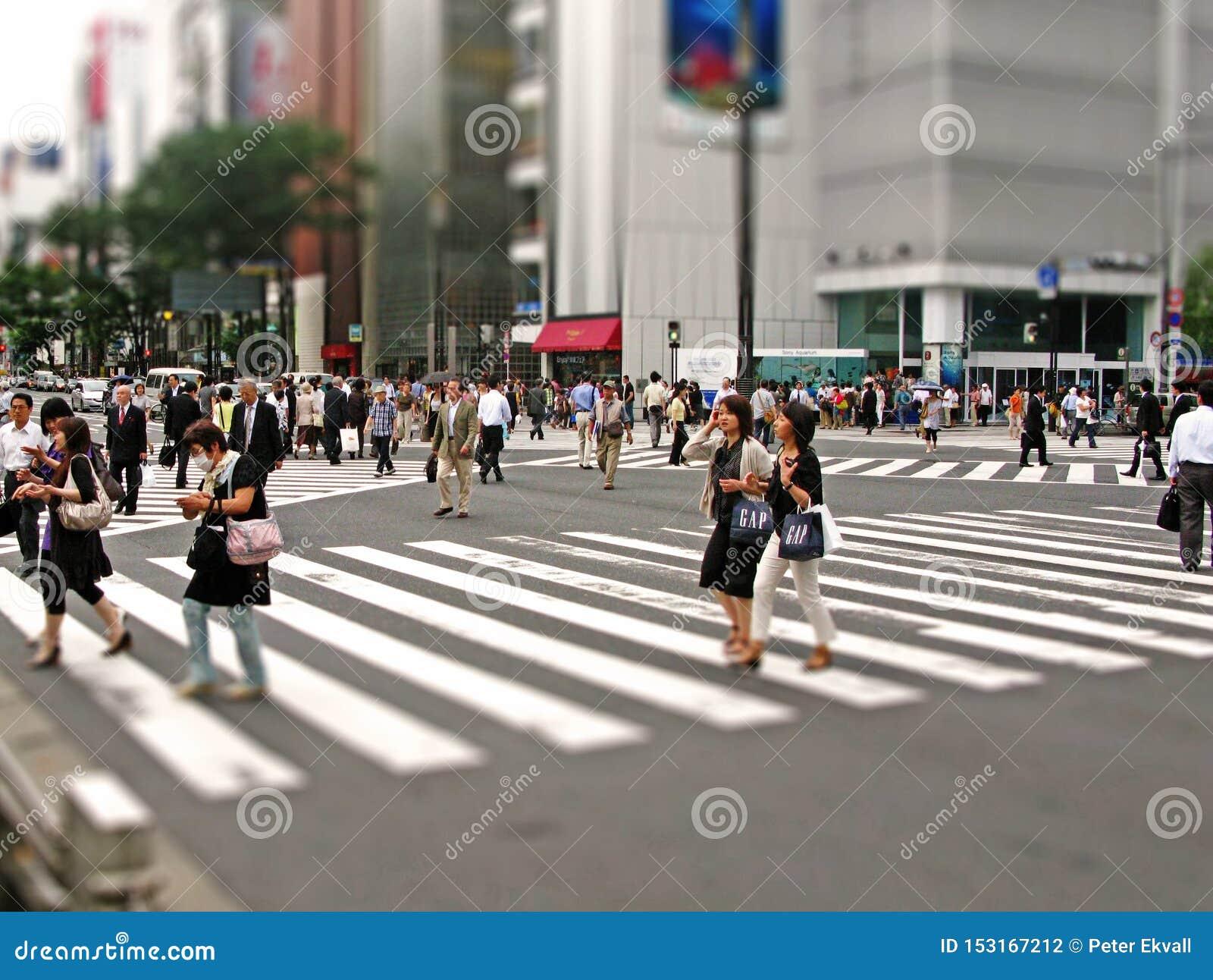 Interseção de Shibuya a faixa de travessia famosa no Tóquio