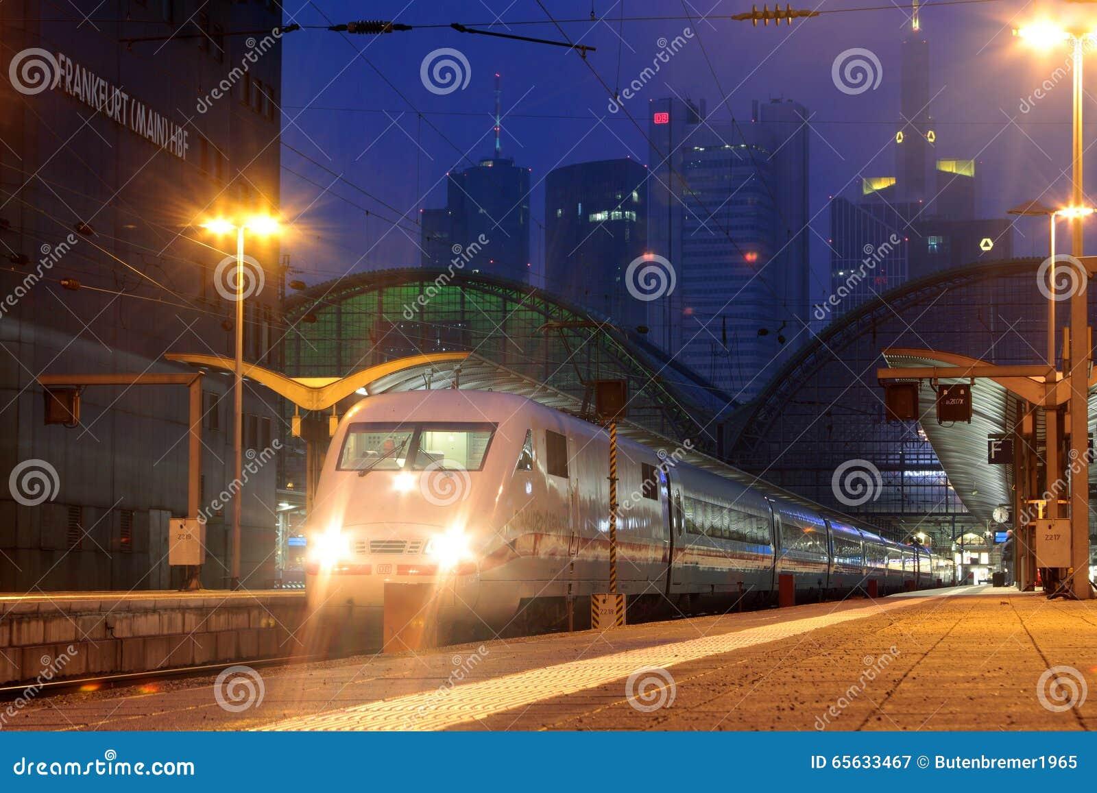 Interurbain-exprès des chemins de fer allemands à la gare ferroviaire de central de Francfort
