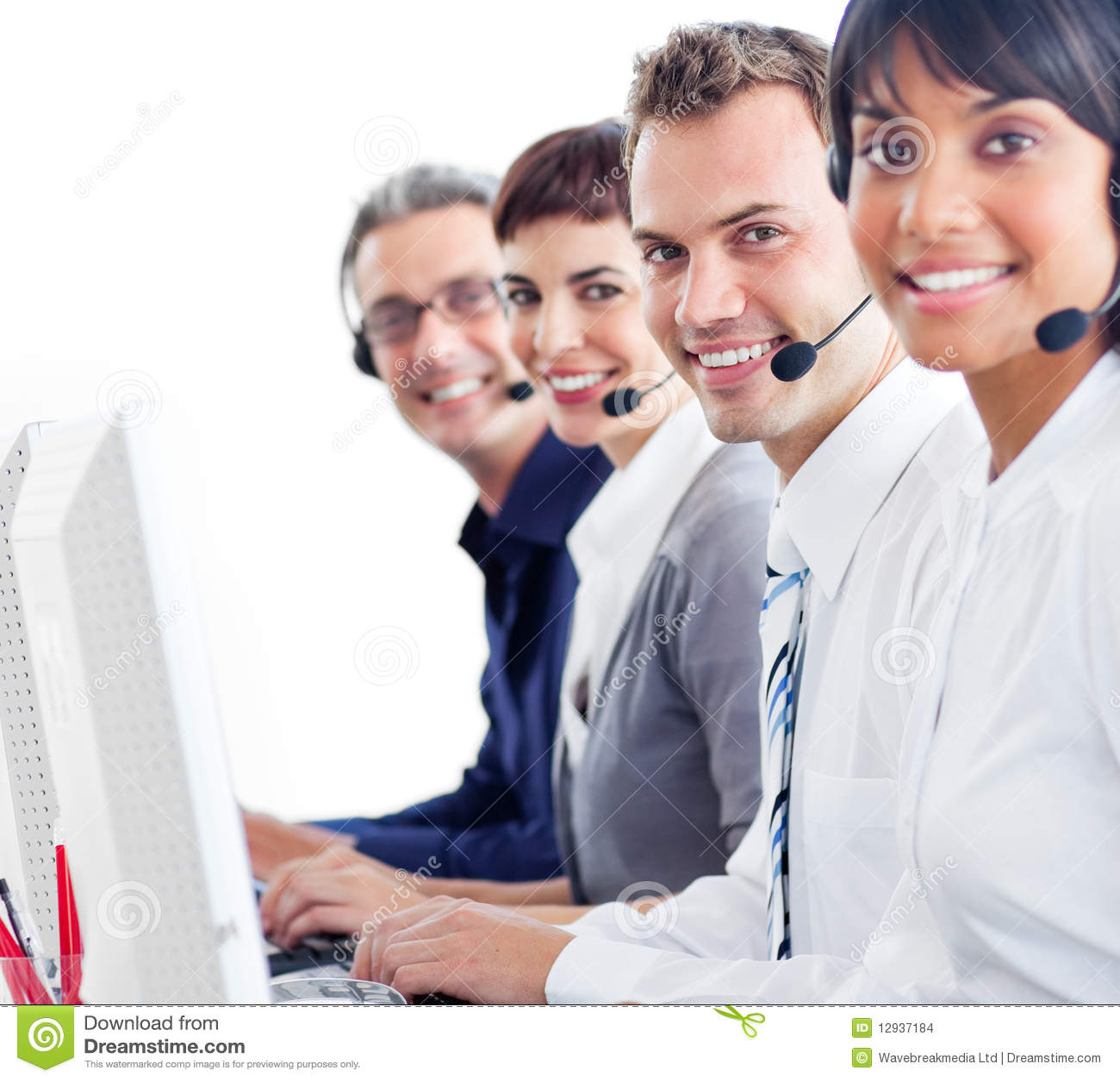 Intervenants du service client de sourire avec la tête