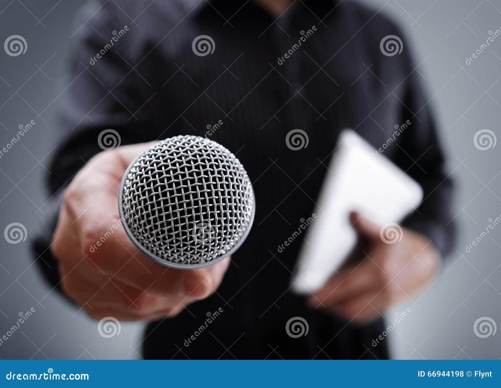 Interview mit Mikrofon stockfoto. Bild von audio, kommentator ...