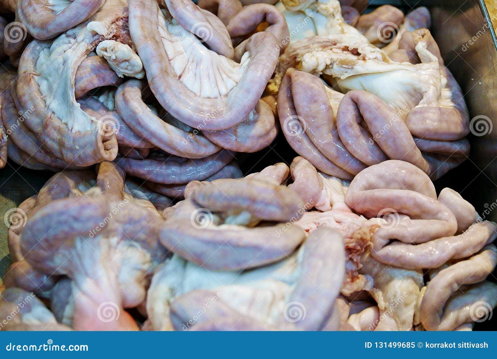 Intestino crudo del cerdo en una bandeja en las comidas frescas del mercado, chitterlings, órganos del cerdo de las entrañas
