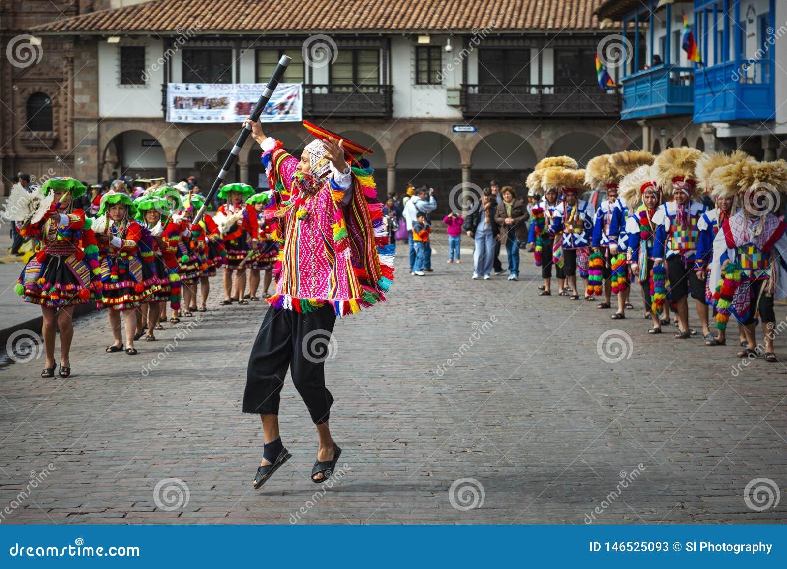 Inti Raymi Jumping Quechua Man em Cusco, Peru