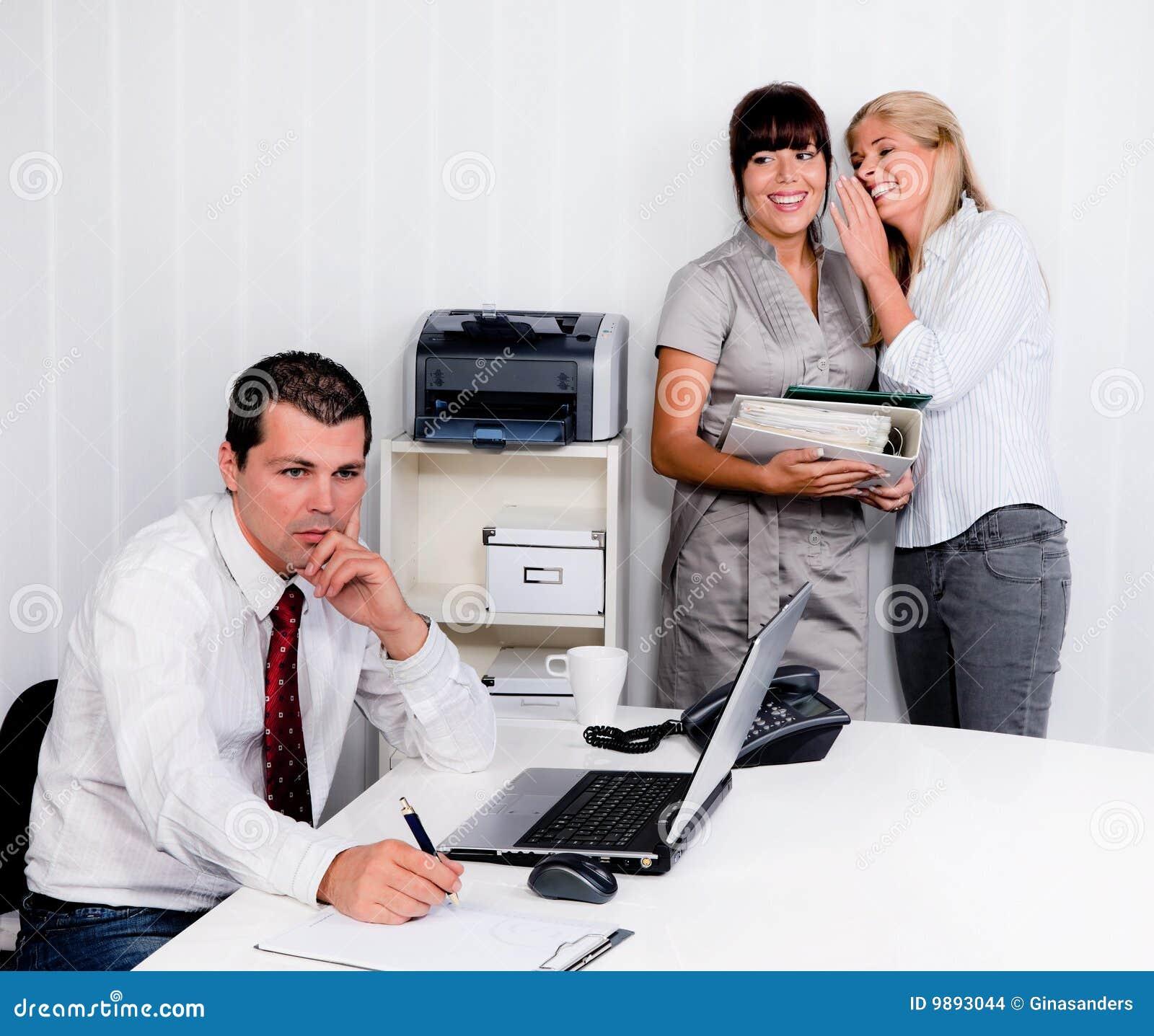 Intimider au travail dans le bureau images stock image 9893044 - Travailler dans un bureau ...