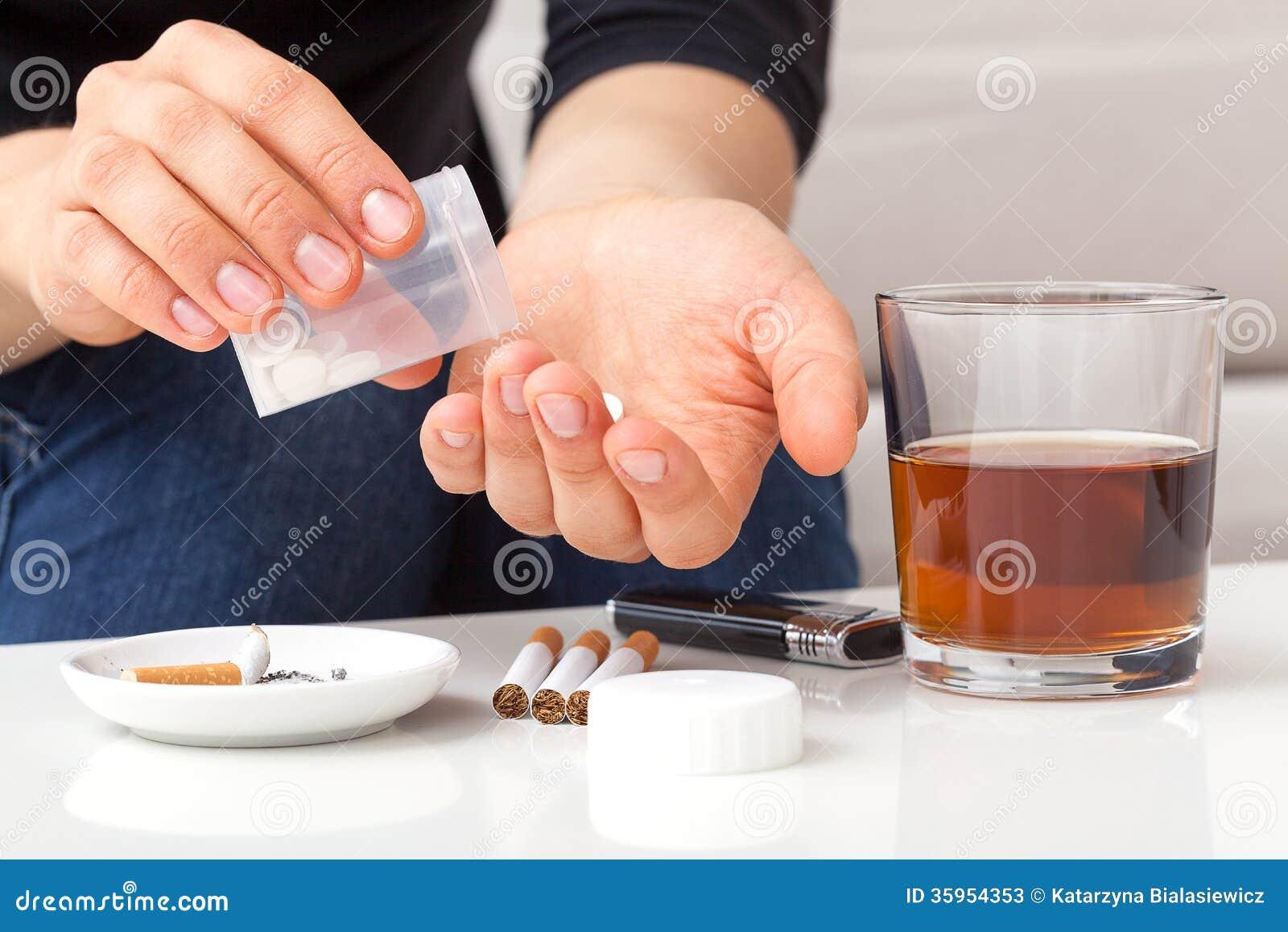 Intoxiqué prenant des pilules