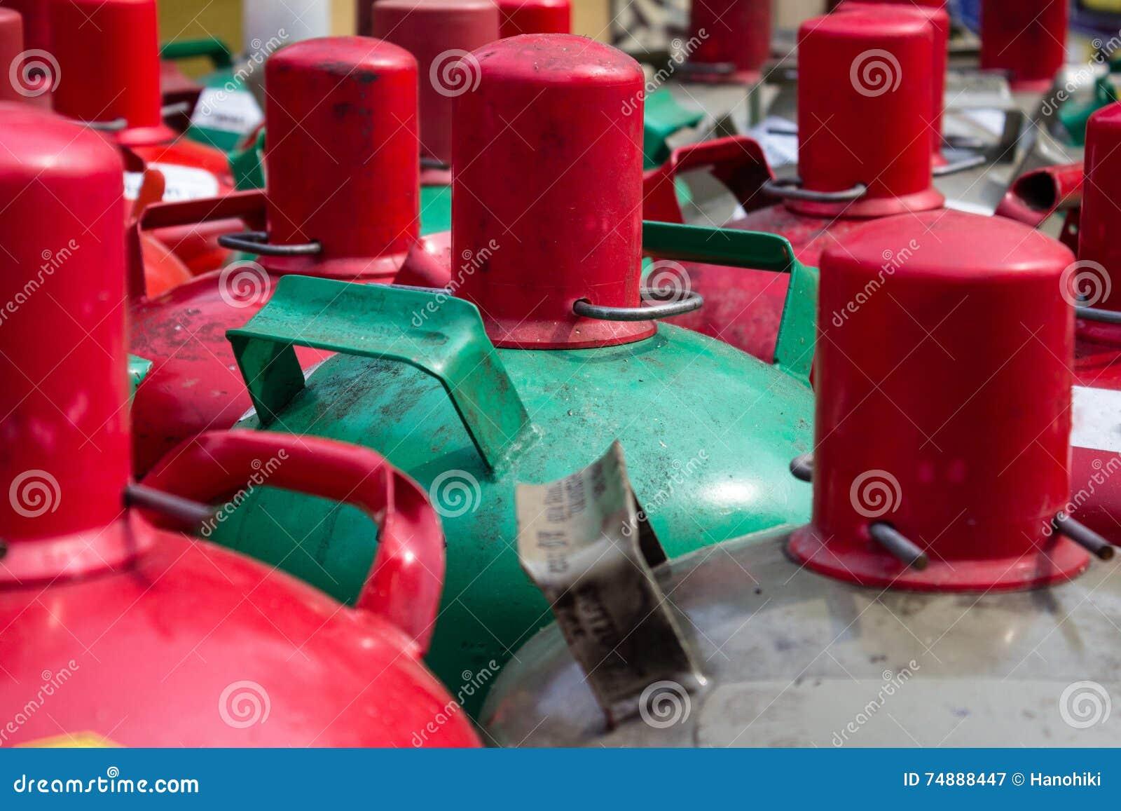 Intoxique o close up dos recipientes - grupo de garrafas de gás