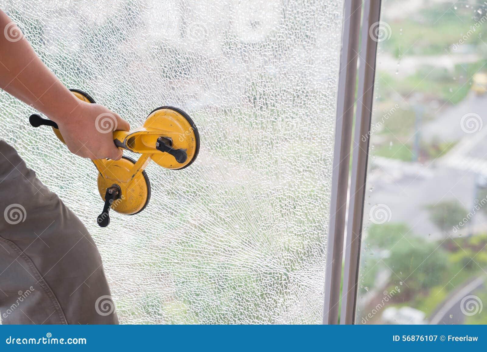 Intraprendendo fuori una finestra rotta